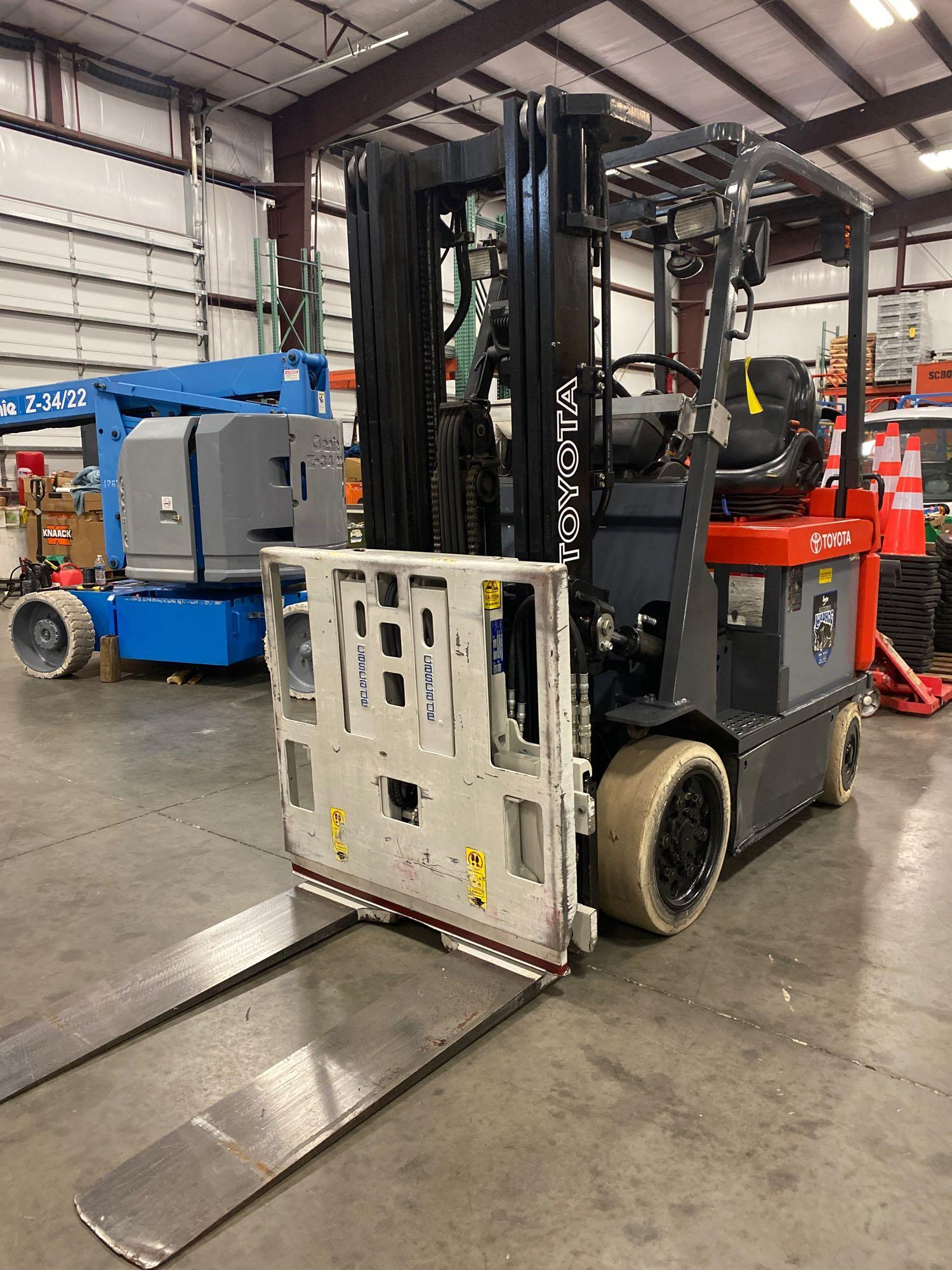 """TOYOTA ELECTRIC FORKLIFT MODEL 7FBCU25, 189"""" HEIGHT CAPACITY, TILT, SIDESHIFT, 36V, RUNS AND OPERATE - Image 6 of 11"""