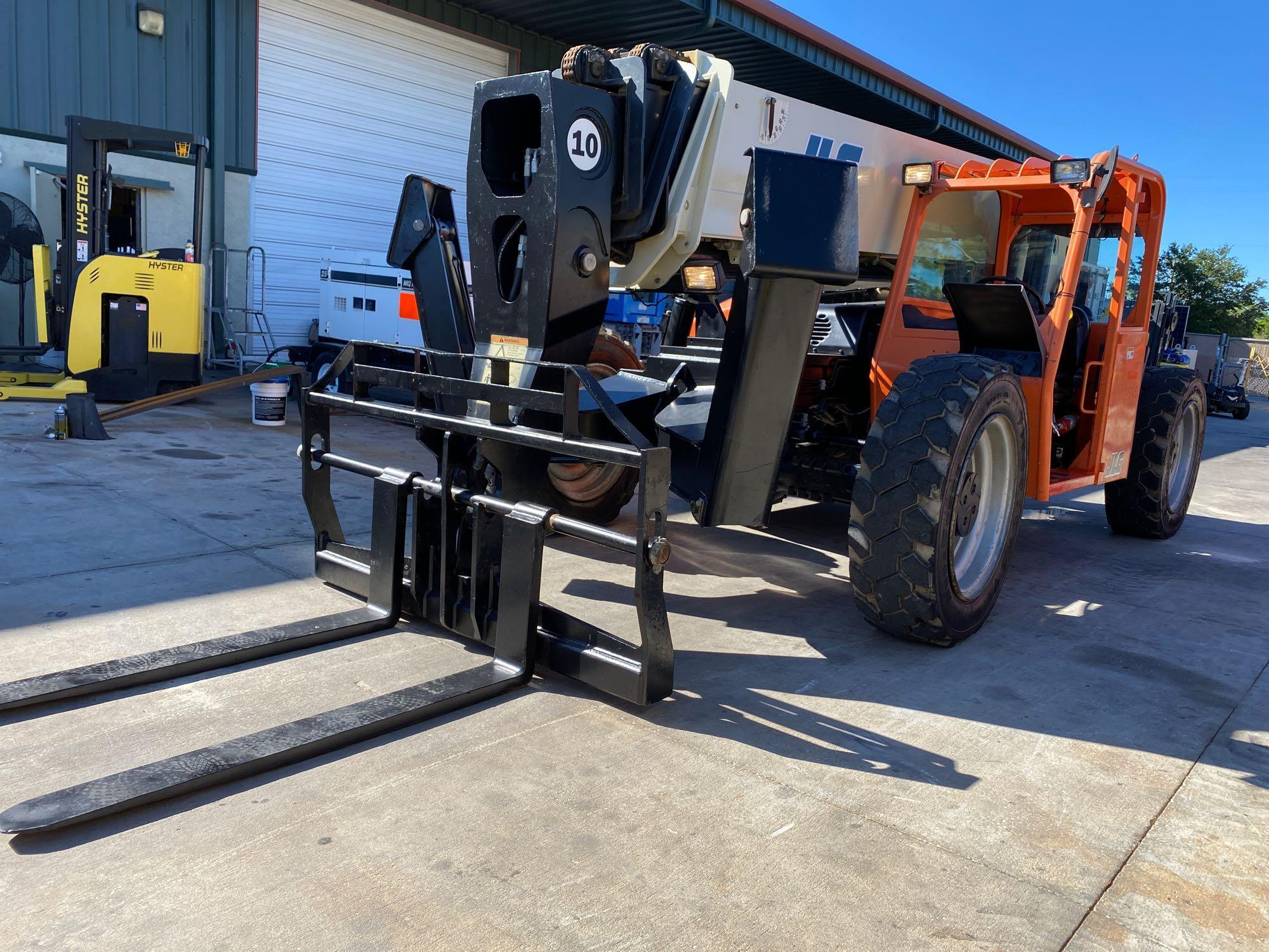 2013 JLG TELESCOPIC FORKLIFT MODEL G10-55A, 10,000 LB CAPACITY, OUTRIGGERS, 5,717.7 HOURS SHOWING, C - Image 8 of 16