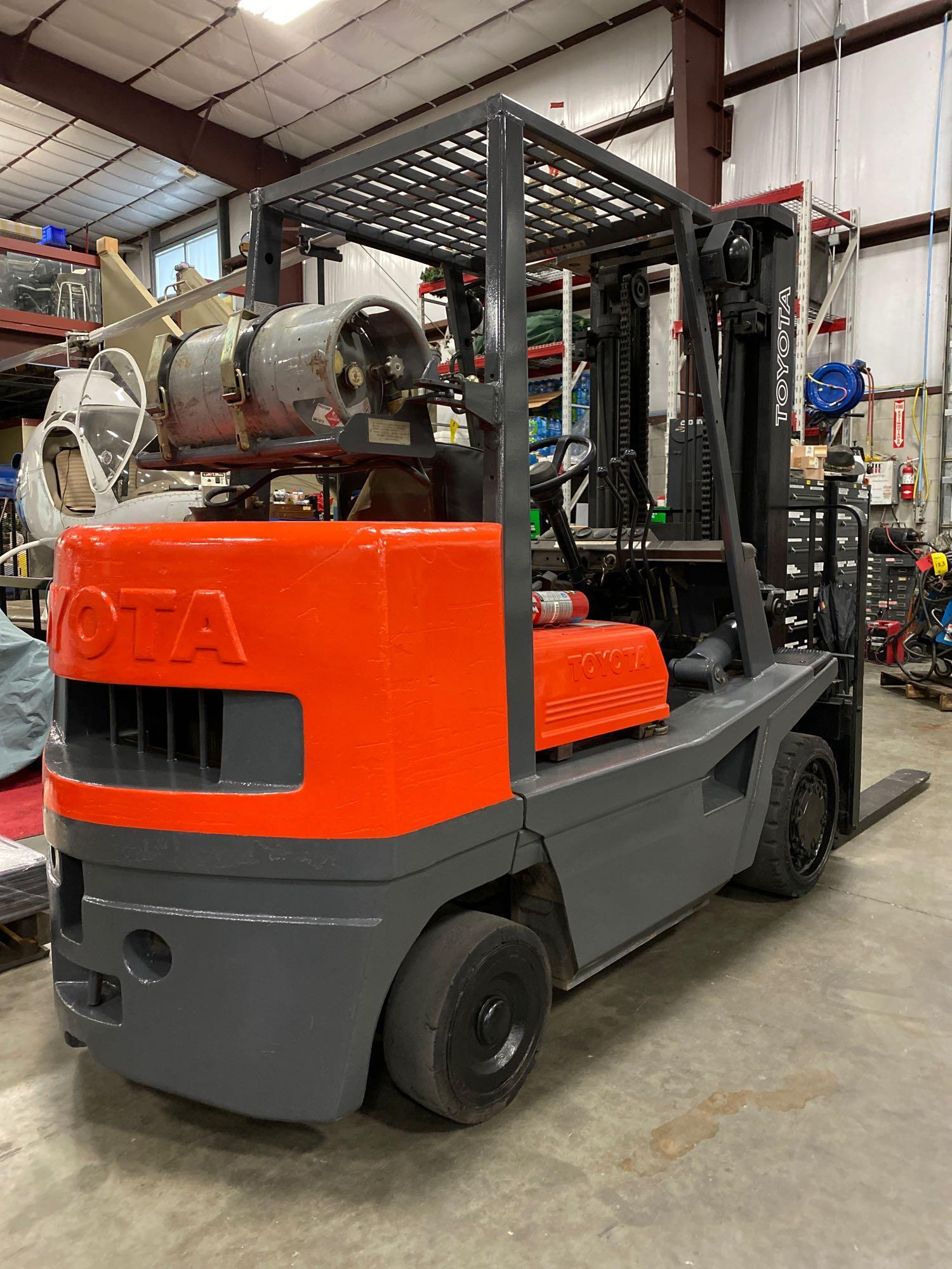 "TOYOTA FGC35 LP FORKLIFT, 8,000 LB CAPACITY, 132"" HEIGHT CAPACITY, TILT, RUNS AND OPERATES - Image 4 of 8"
