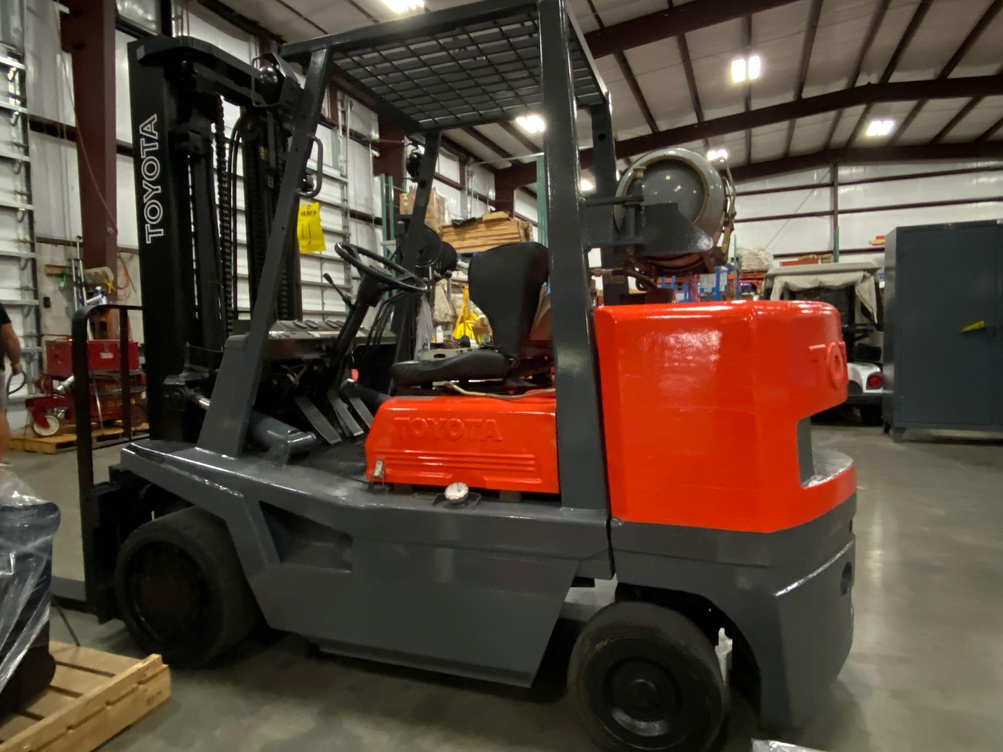 "TOYOTA FGC35 LP FORKLIFT, 8,000 LB CAPACITY, 132"" HEIGHT CAPACITY, TILT, RUNS AND OPERATES - Image 6 of 8"