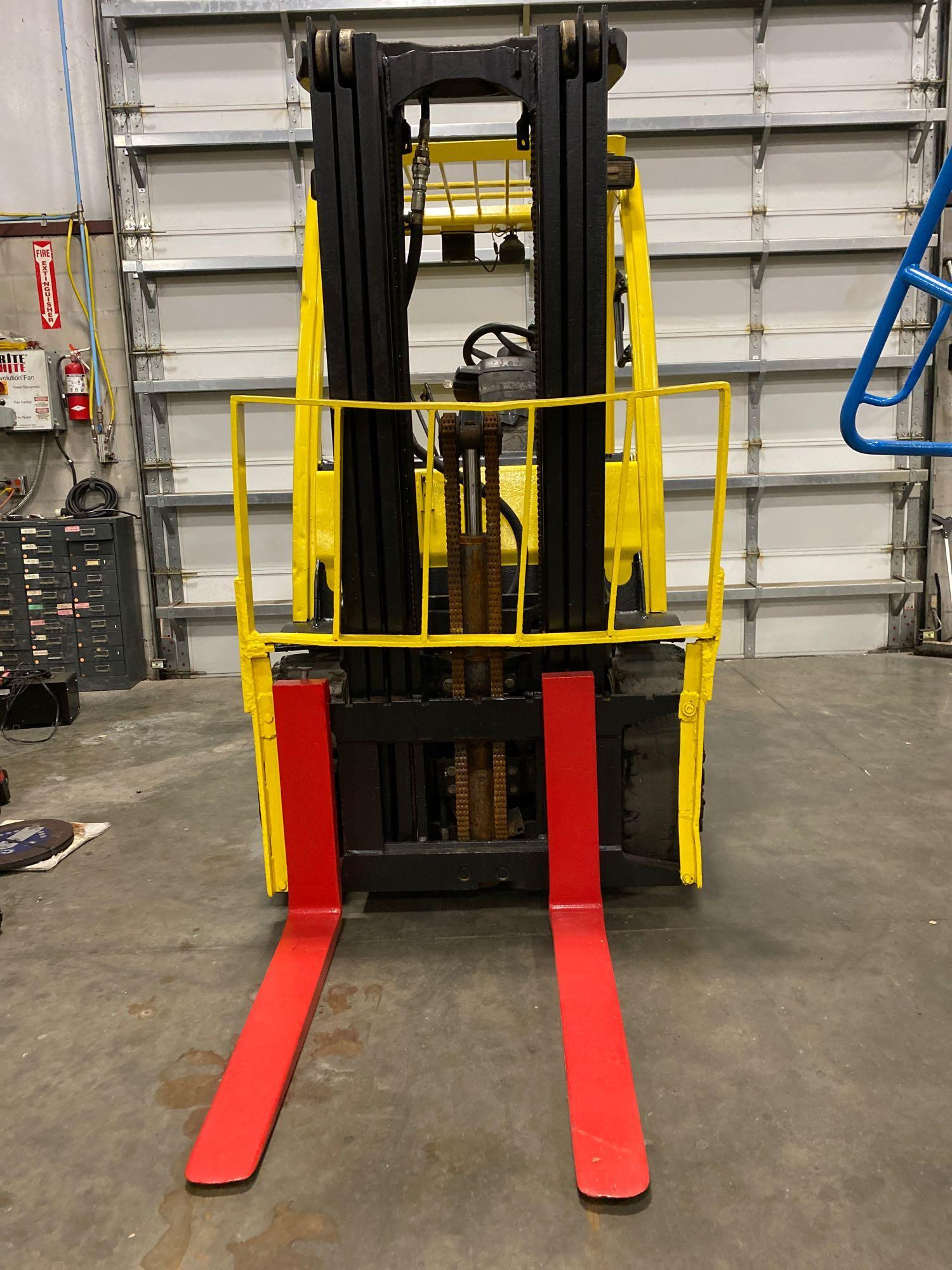 """HYSTER H70FT FORKLIFT, APPROX. 7,000 LB CAPACITY, 181.9"""" HEIGHT CAP, TILT, RUNS AND OPERATES - Image 6 of 10"""