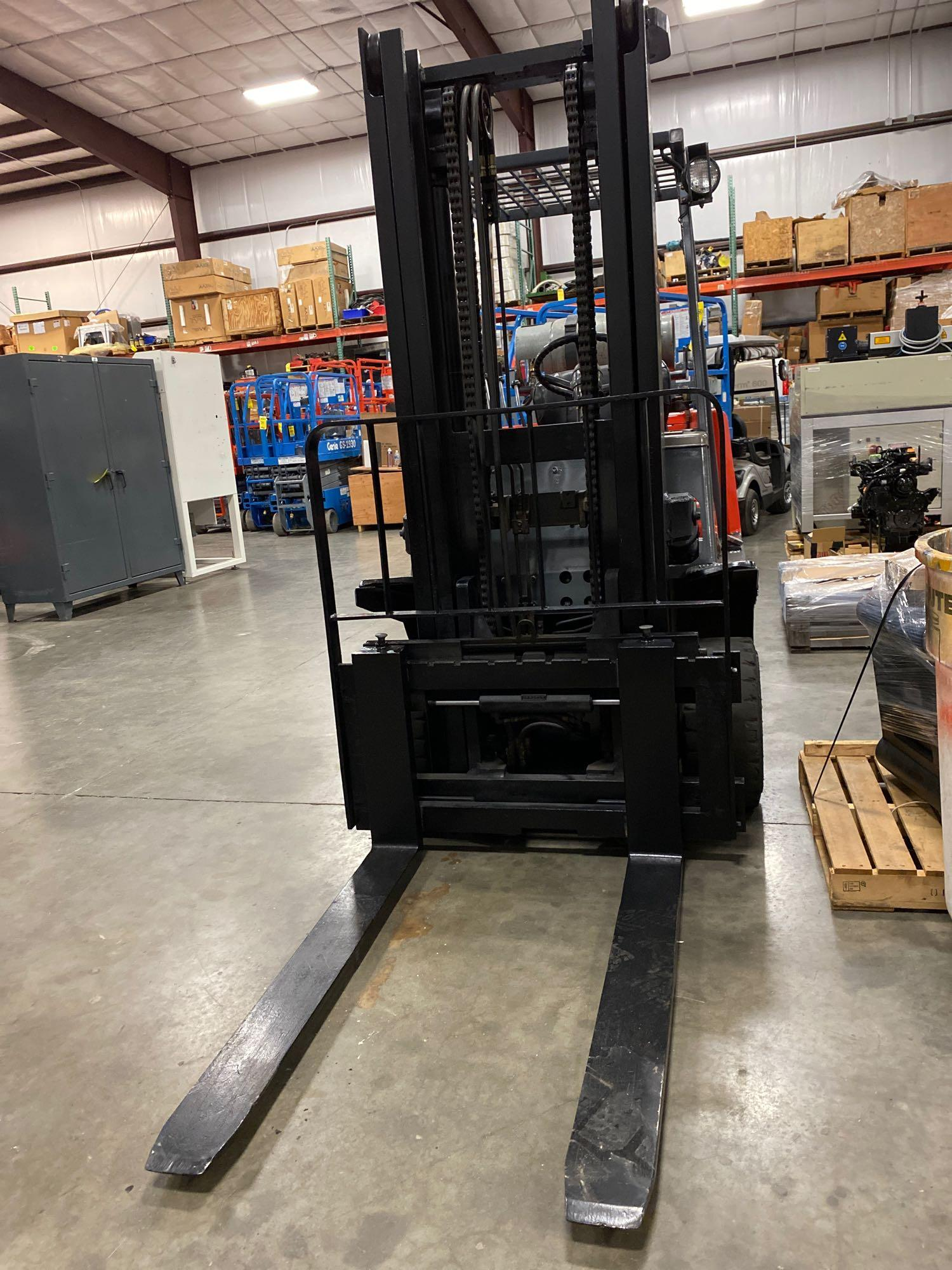 "TOYOTA FGC35 LP FORKLIFT, 8,000 LB CAPACITY, 132"" HEIGHT CAPACITY, TILT, RUNS AND OPERATES - Image 3 of 8"
