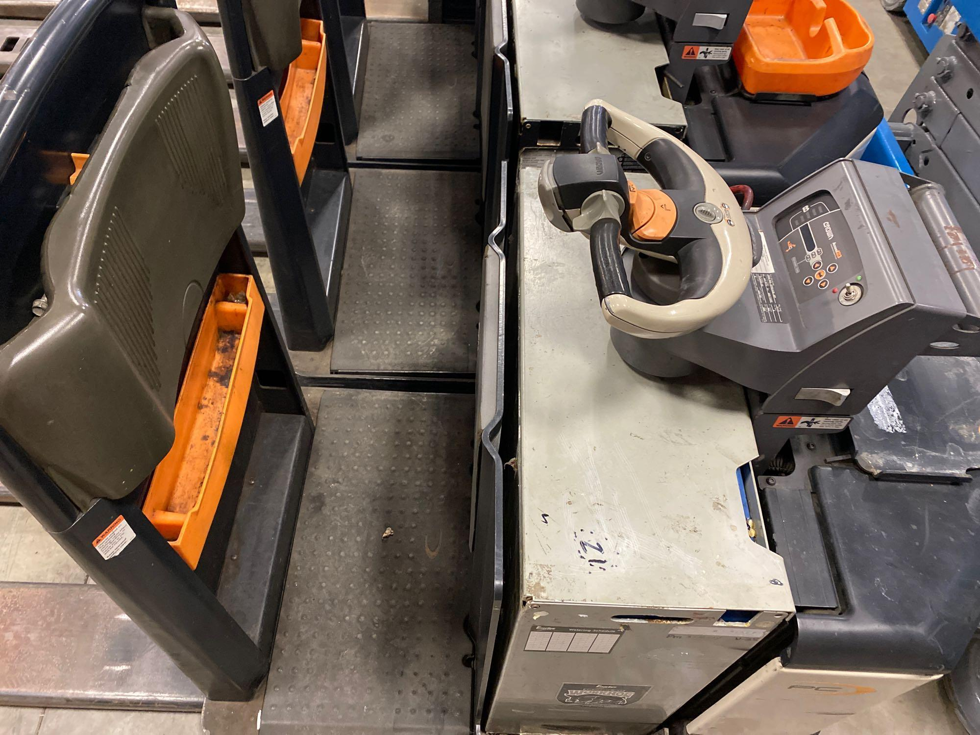 2012 CROWN ELECTRIC PALLET JACK, 8,000 LB CAPACITY, MODEL PC4500-80, 24V, RUNS AND OPERATES - Image 3 of 5