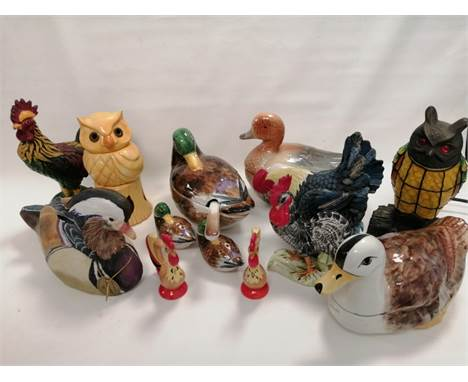 Fourteen 20th Century collectables themed around birds, to include an owl desk lamp with stained glass effect and red beaded
