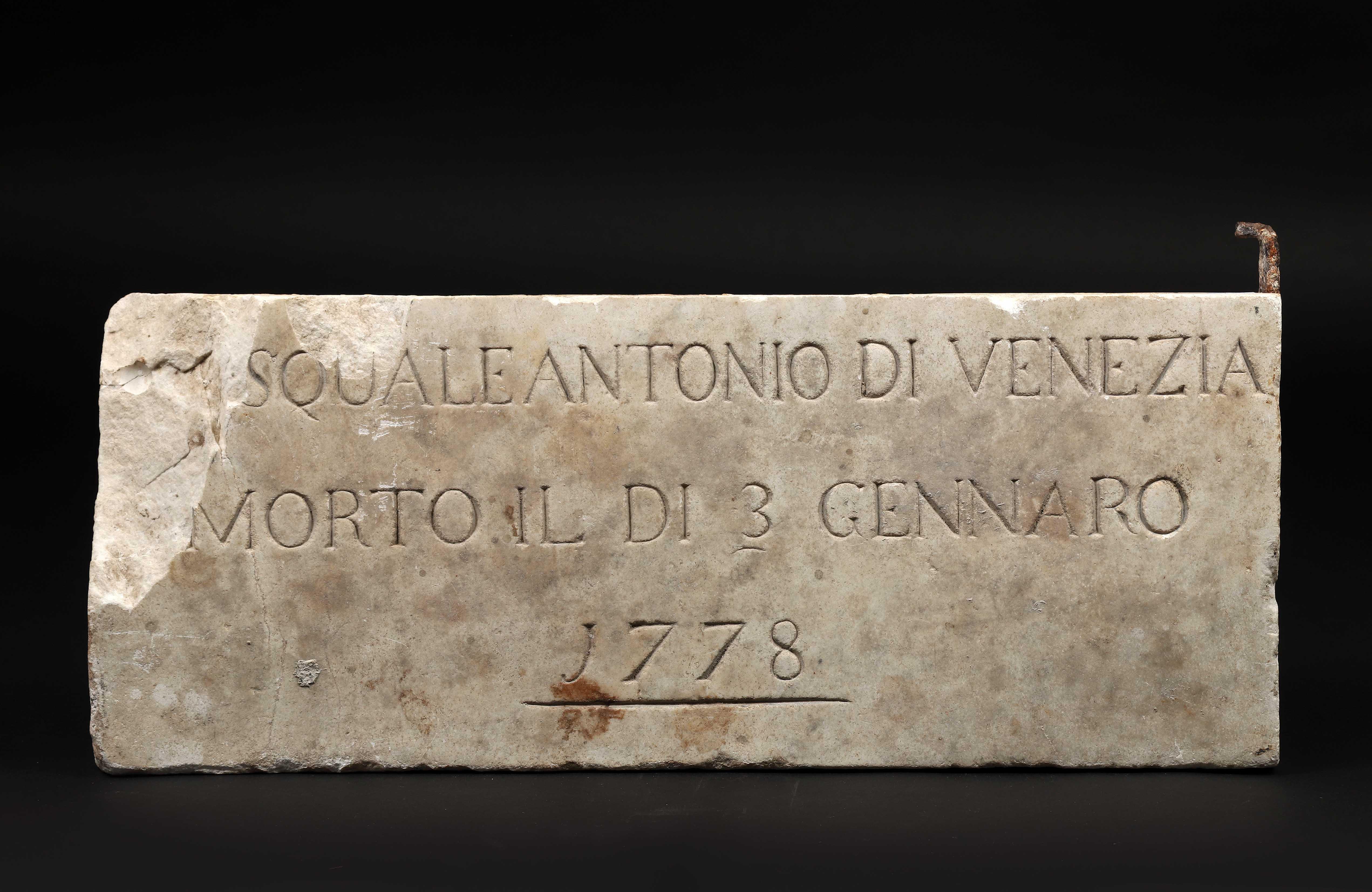 Plaque en marbre blanc sculptée en bas-relief sur une face d'un entrelacs avec [...] - Bild 2 aus 2