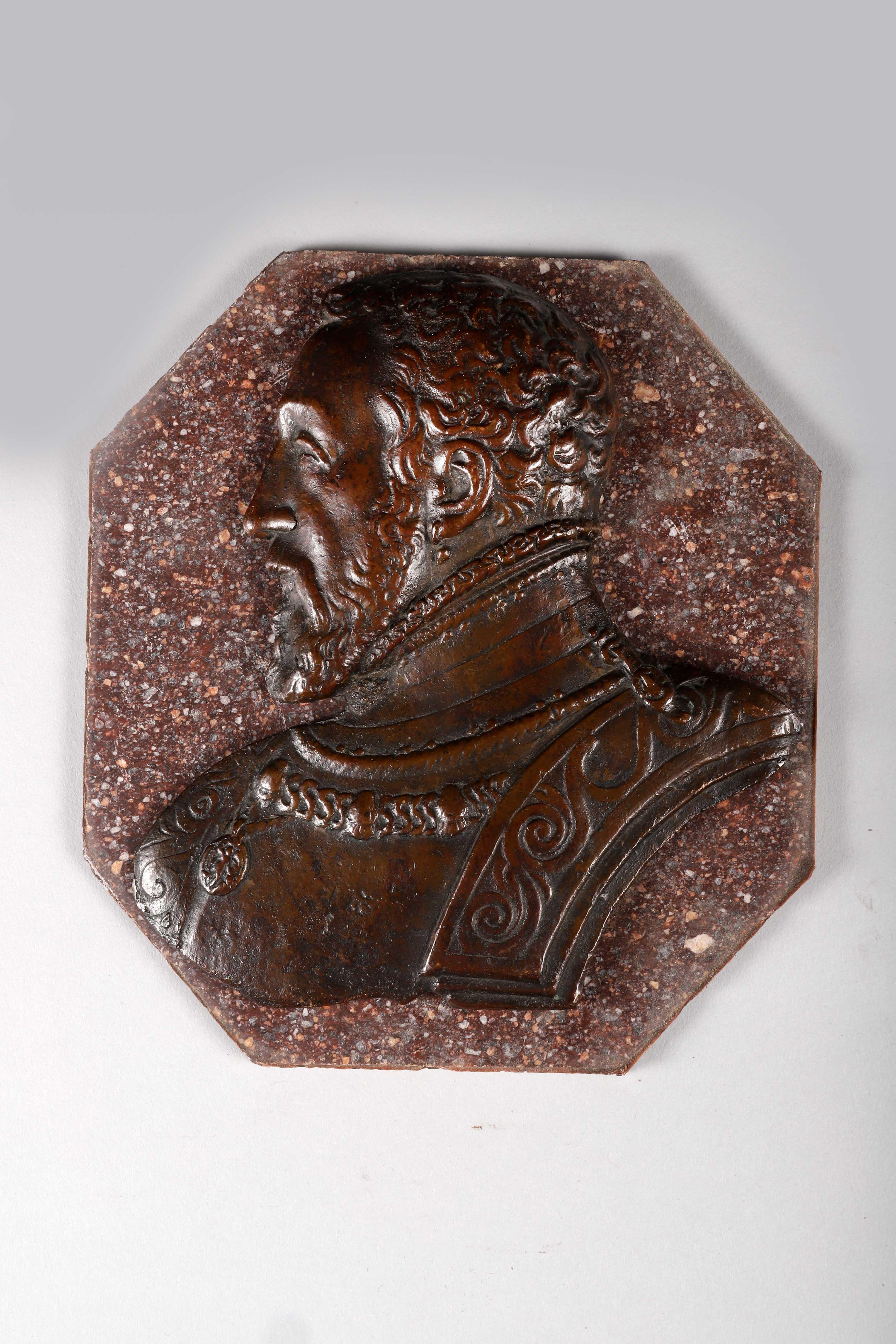Los 44 - Bas-relief en bronze représentant le buste d'Henri II de profil gauche. XIXe [...]