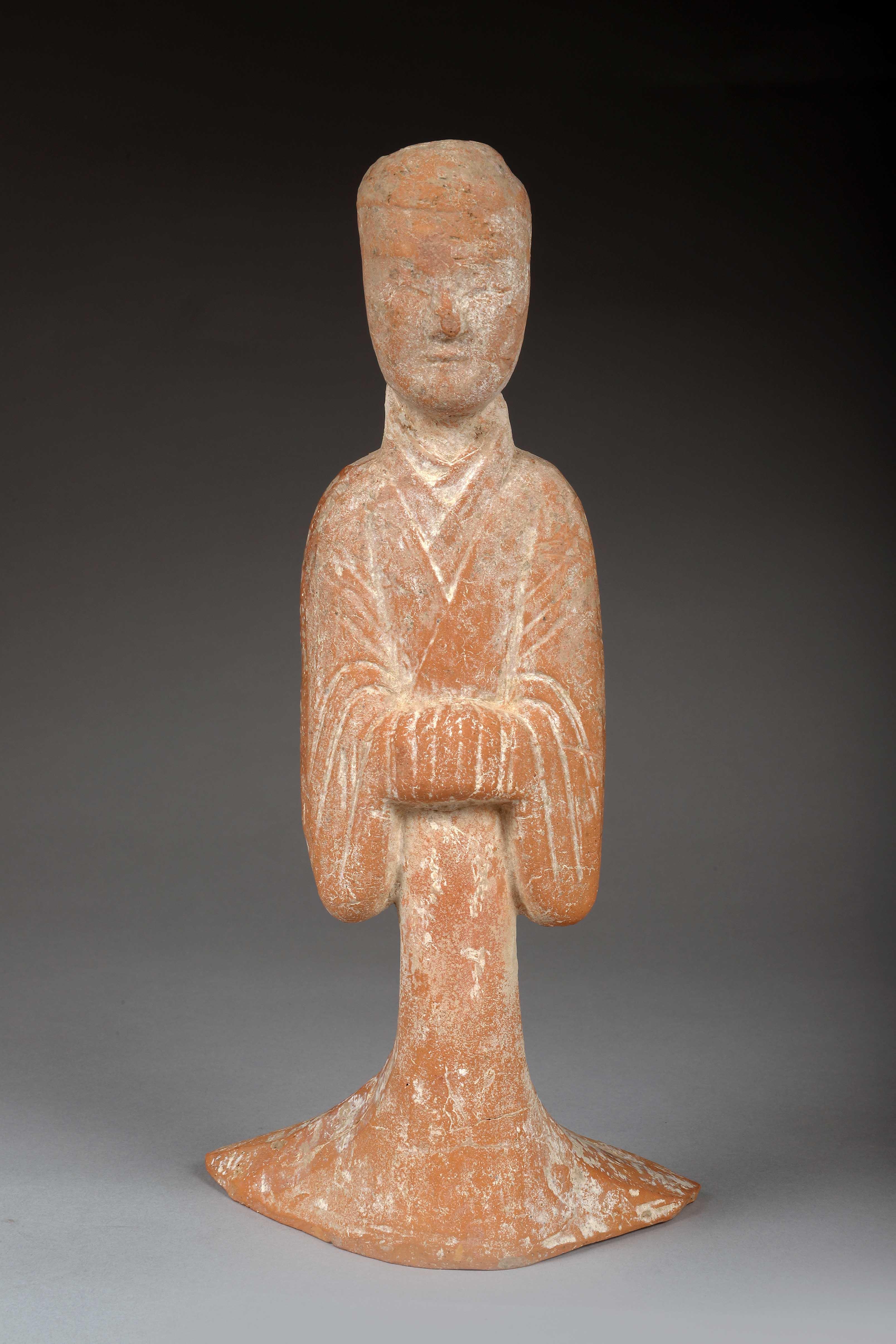 Personnage féminin Terre cuite rosée Chine, Epoque Tang (618-907) Quelques éclats, [...]
