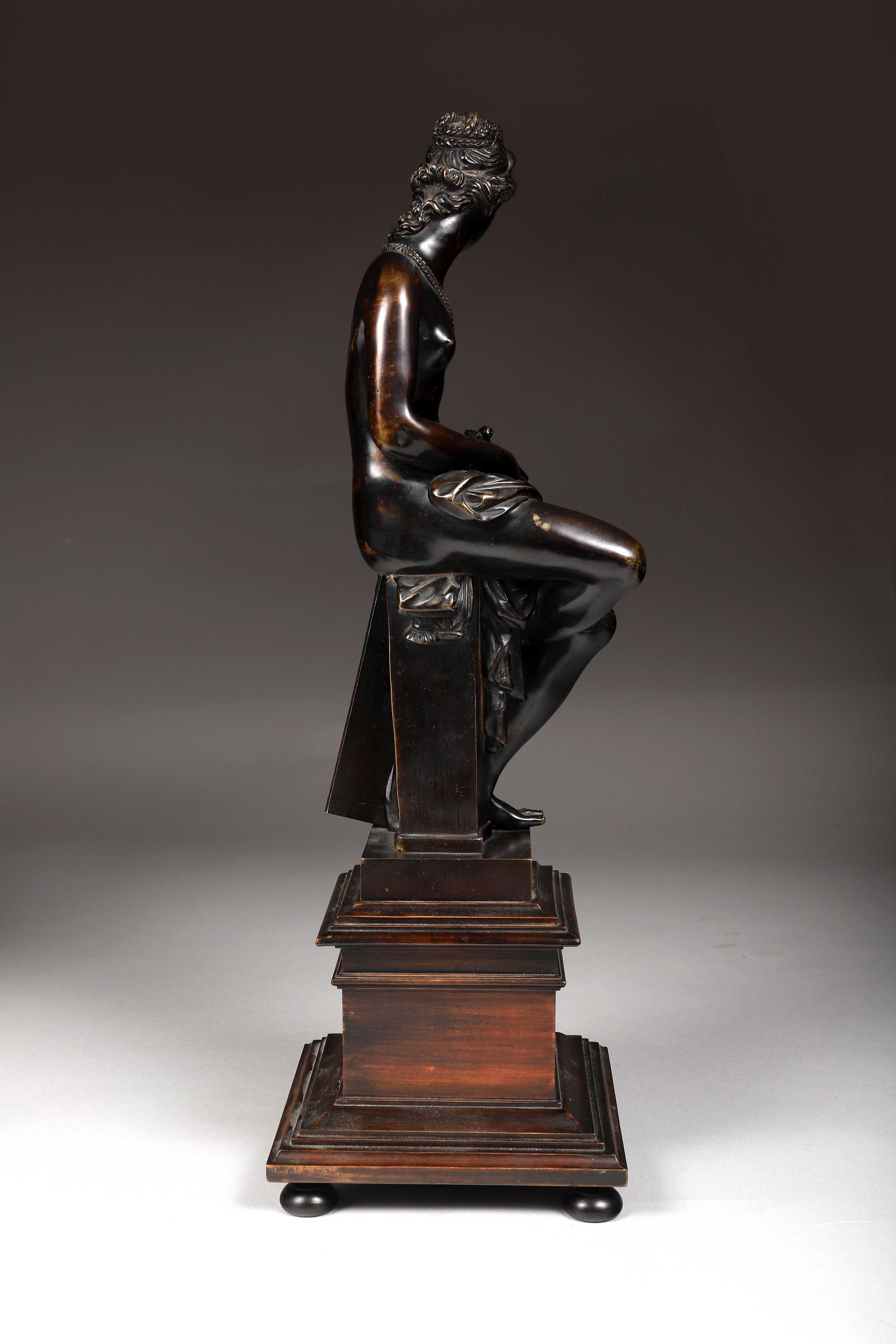 Los 51 - Allégorie de l'Architecture en bronze patiné. Socle en bois noirci. Italie, XIXème [...]