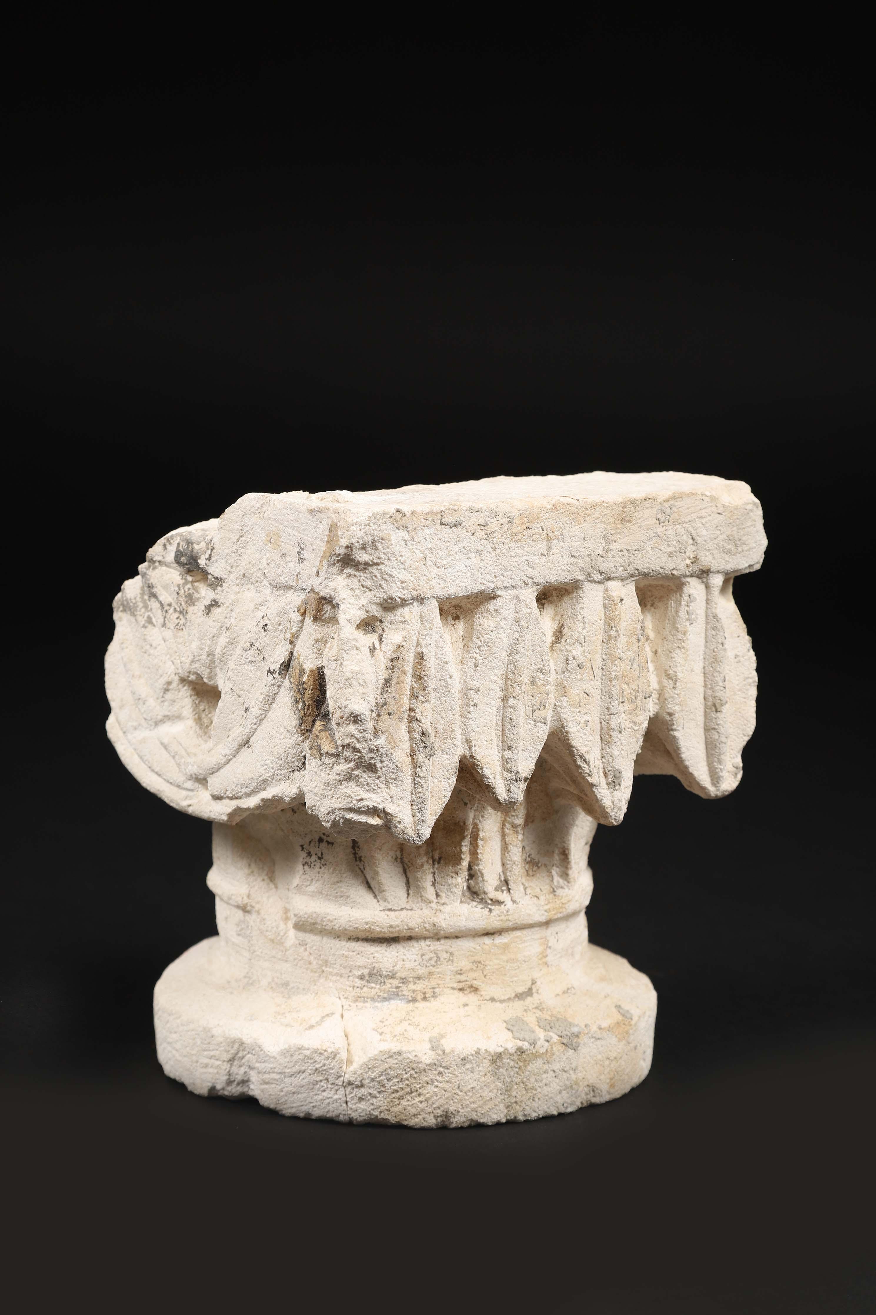 Los 34 - Fragment de chapiteau en pierre calcaire sculptée à décor de feuilles de laurier ; [...]