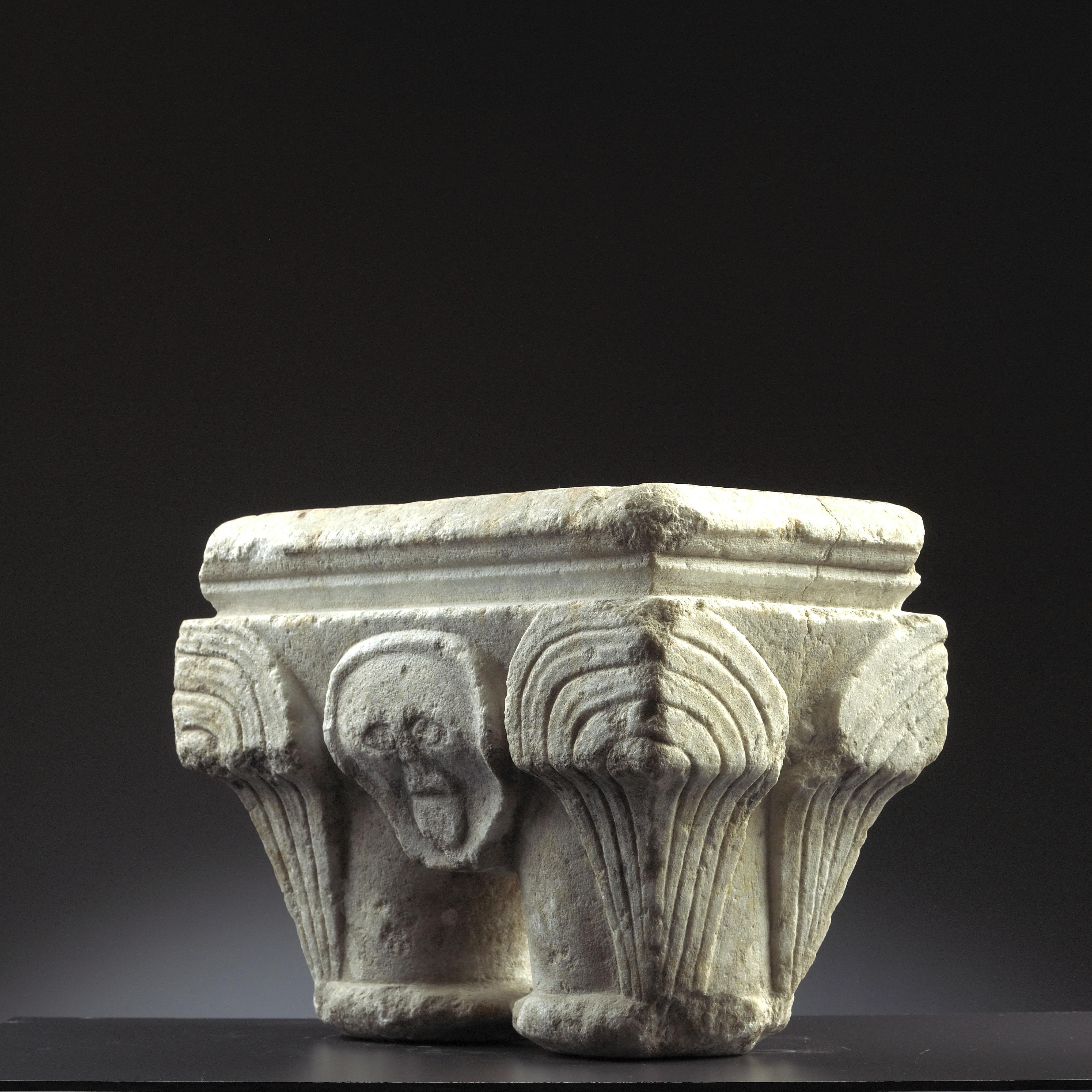 Los 32 - Chapiteau double en marbre blanc sculpté toutes faces. Corbeille s'évasant vers le [...]