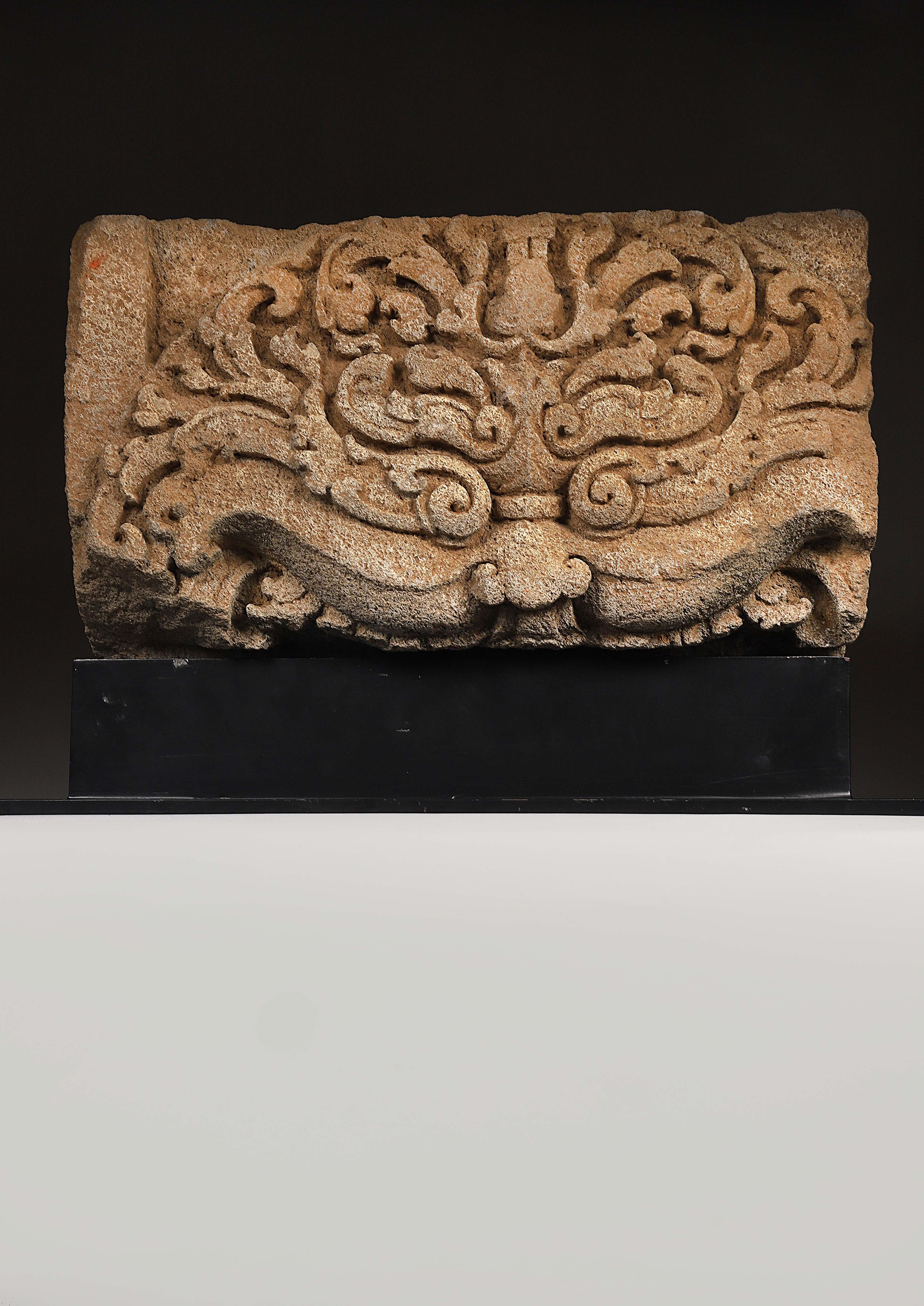 Los 20 - Fragment de linteau sculpté en bas relief Représentant un visage de Kala [...]