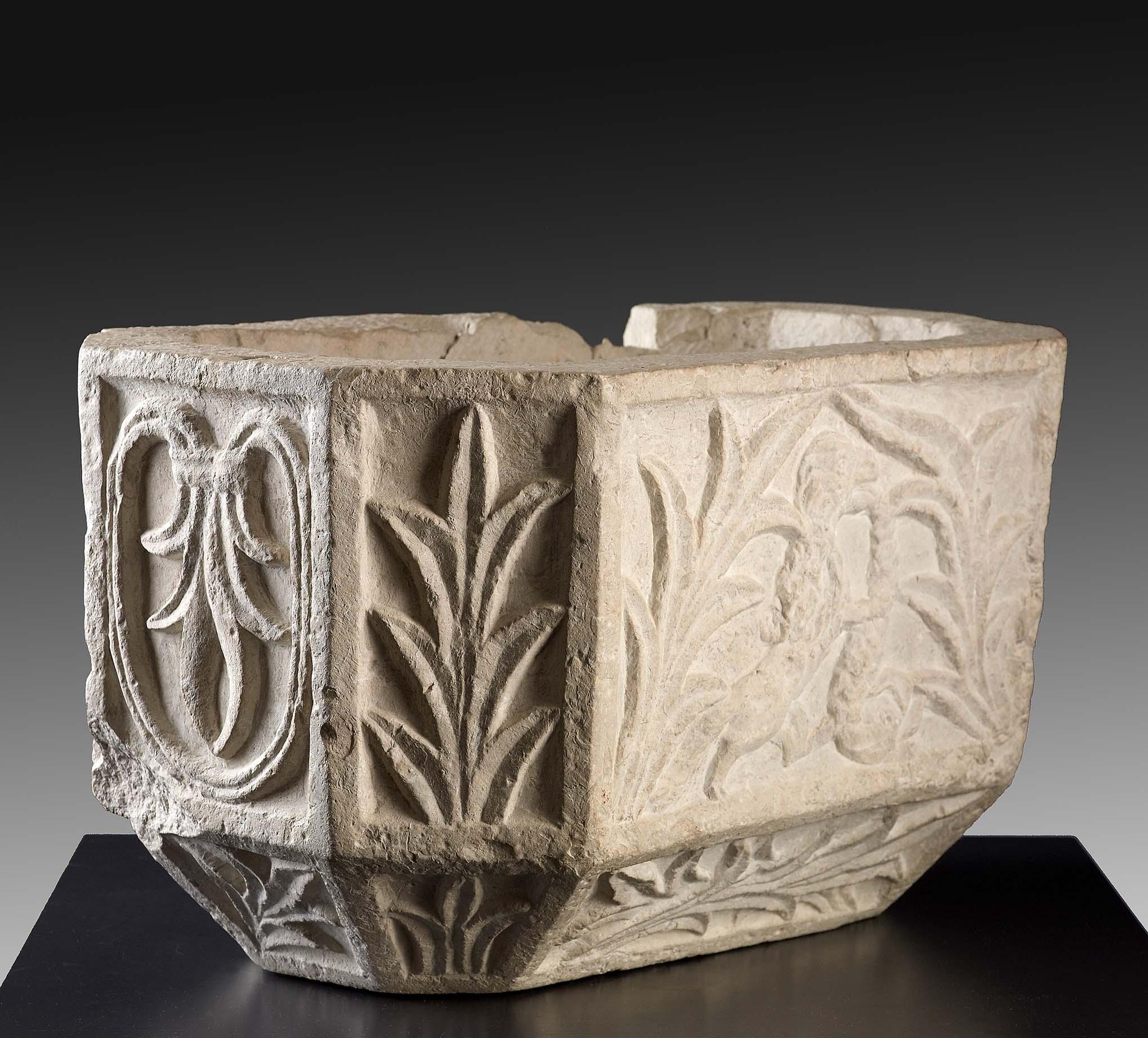 Los 36 - Vasque en calcaire rectangulaire à pans coupés à décor de feuillages et [...]