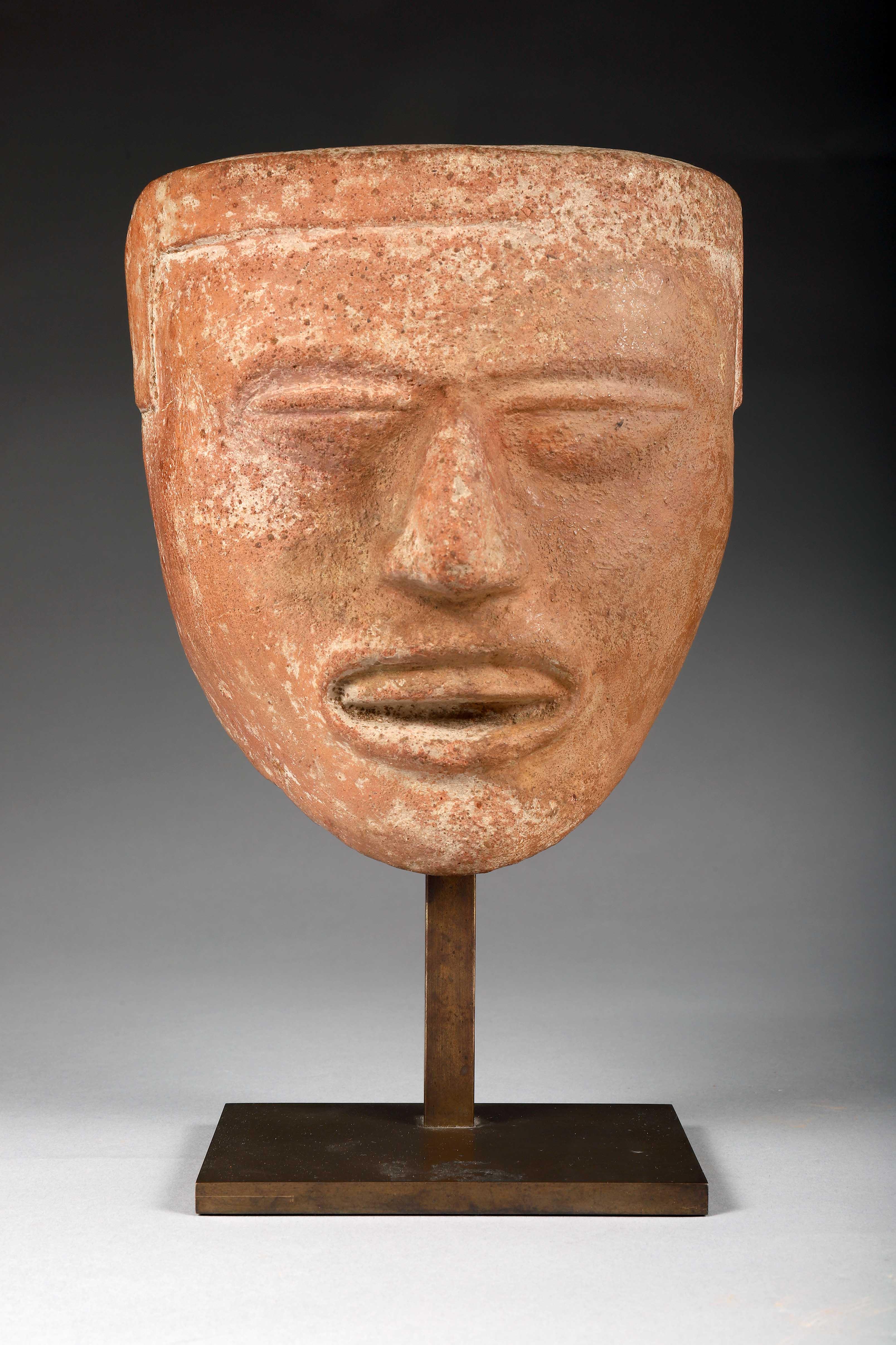 Los 19 - Masque Le nez est aquilin, les narines dilatées. Le haut du front est ceint d'un [...]