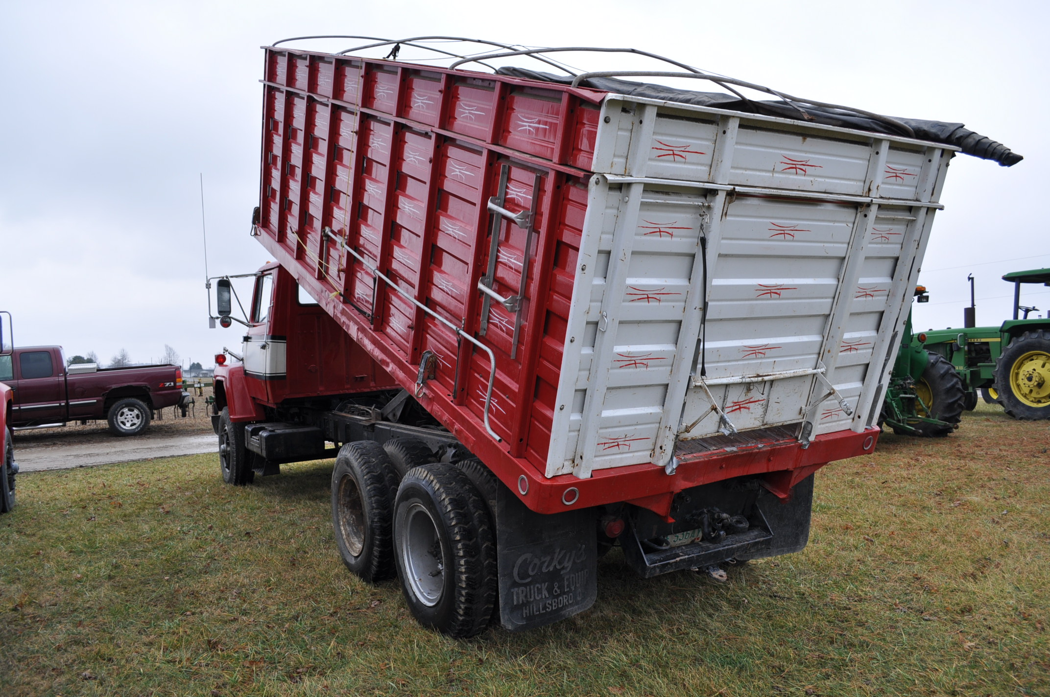 1974 Ford 900 grain truck, tandem axle, gas V-8, 5 + 2, 10.00-20 tires, 18' wood floor, pto, - Image 2 of 26