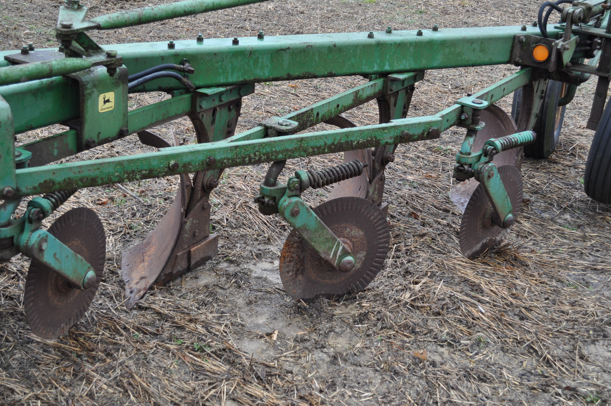 "John Deere 1350-1450 5 x 16"" plow, hyd tail wheel, coulters - Image 5 of 9"