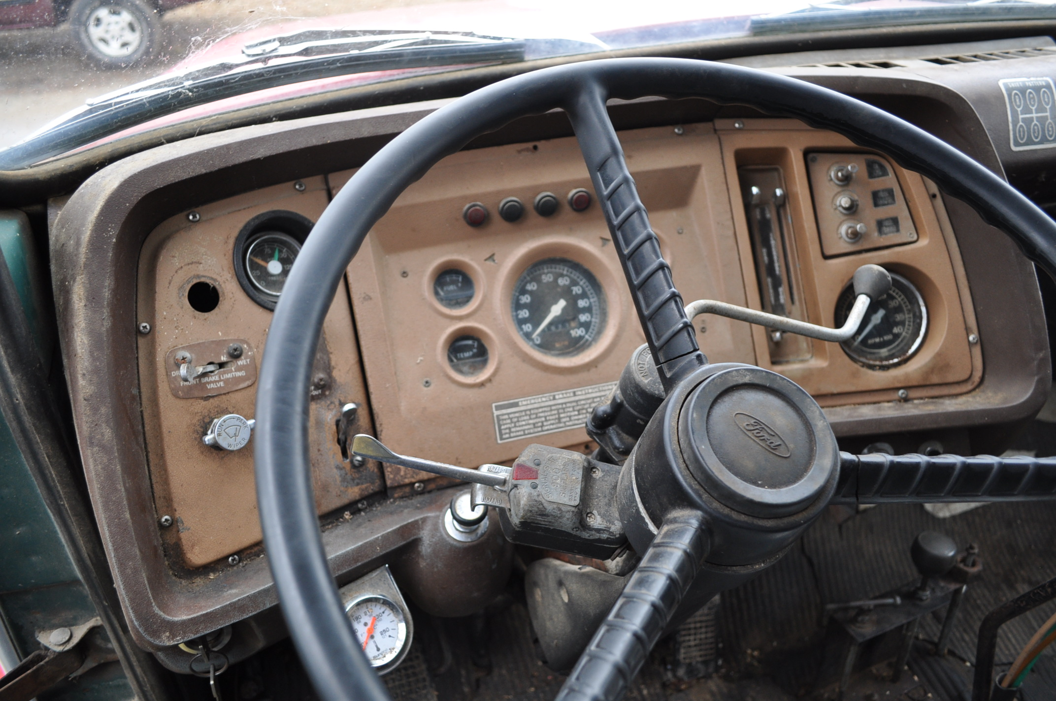 1974 Ford 900 grain truck, tandem axle, gas V-8, 5 + 2, 10.00-20 tires, 18' wood floor, pto, - Image 18 of 26
