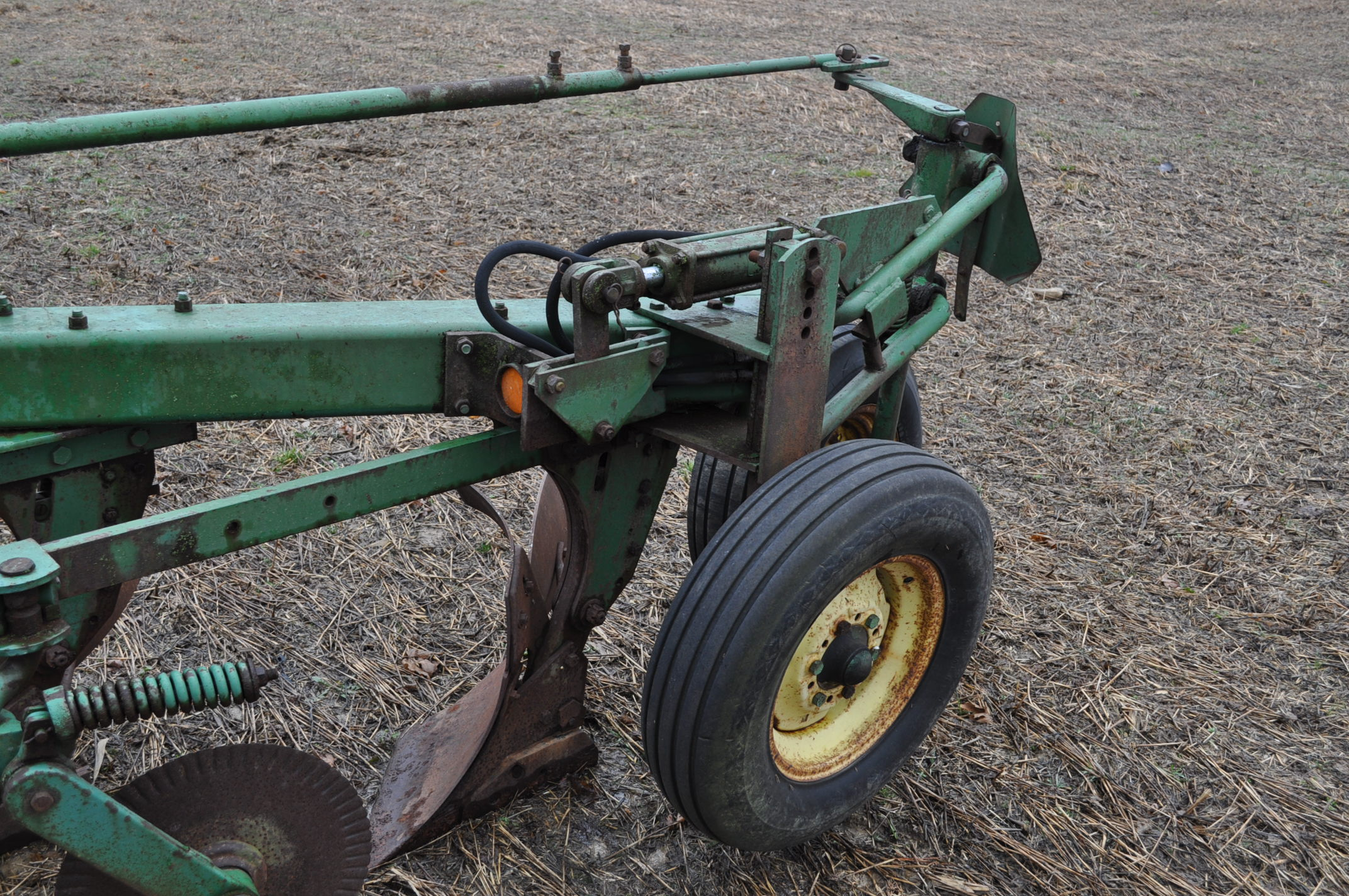 "John Deere 1350-1450 5 x 16"" plow, hyd tail wheel, coulters - Image 6 of 9"