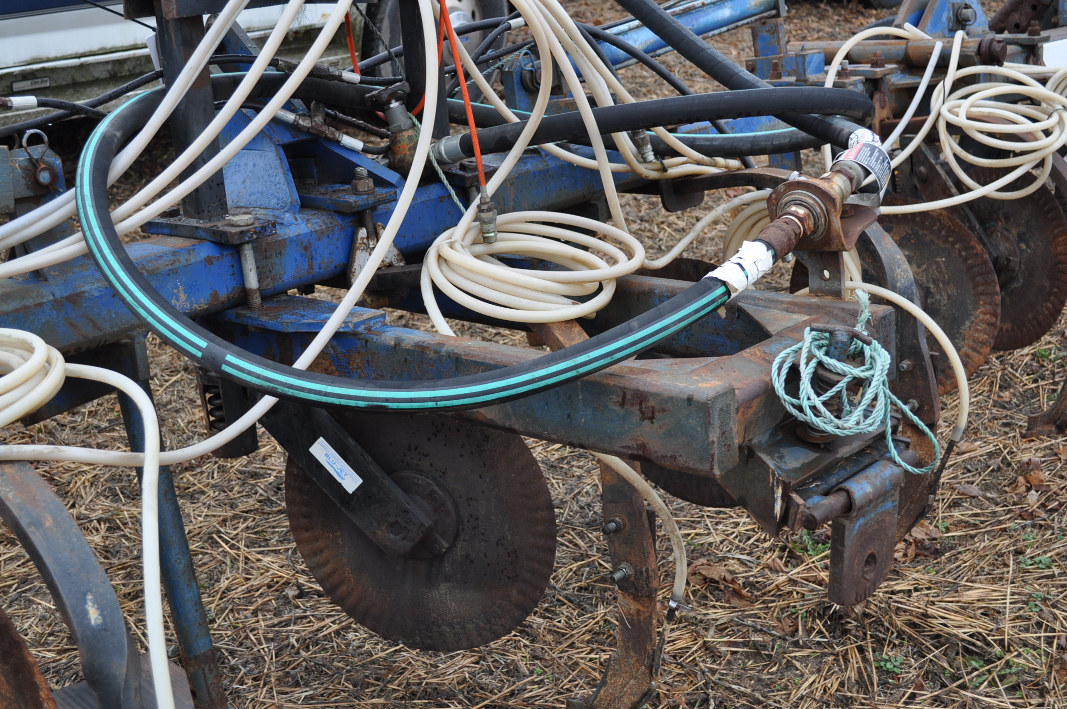 11-shank Blu Jet NH3 bar, 3 pt, hyd fold, gauge wheels, rear hitch, leading coulters - Image 9 of 9
