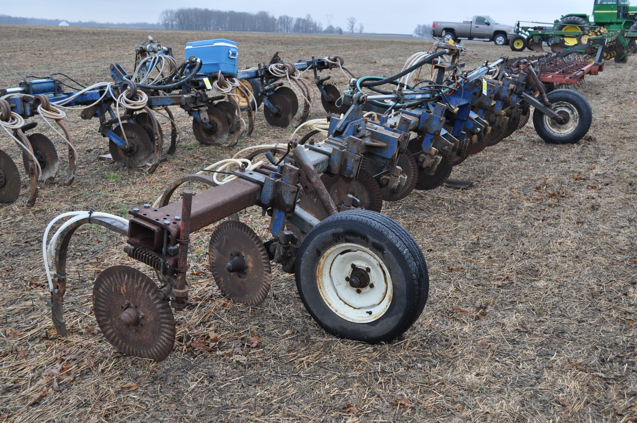 11-shank Blu Jet NH3 bar, 3 pt, hyd fold, gauge wheels, rear hitch, leading coulters - Image 4 of 9