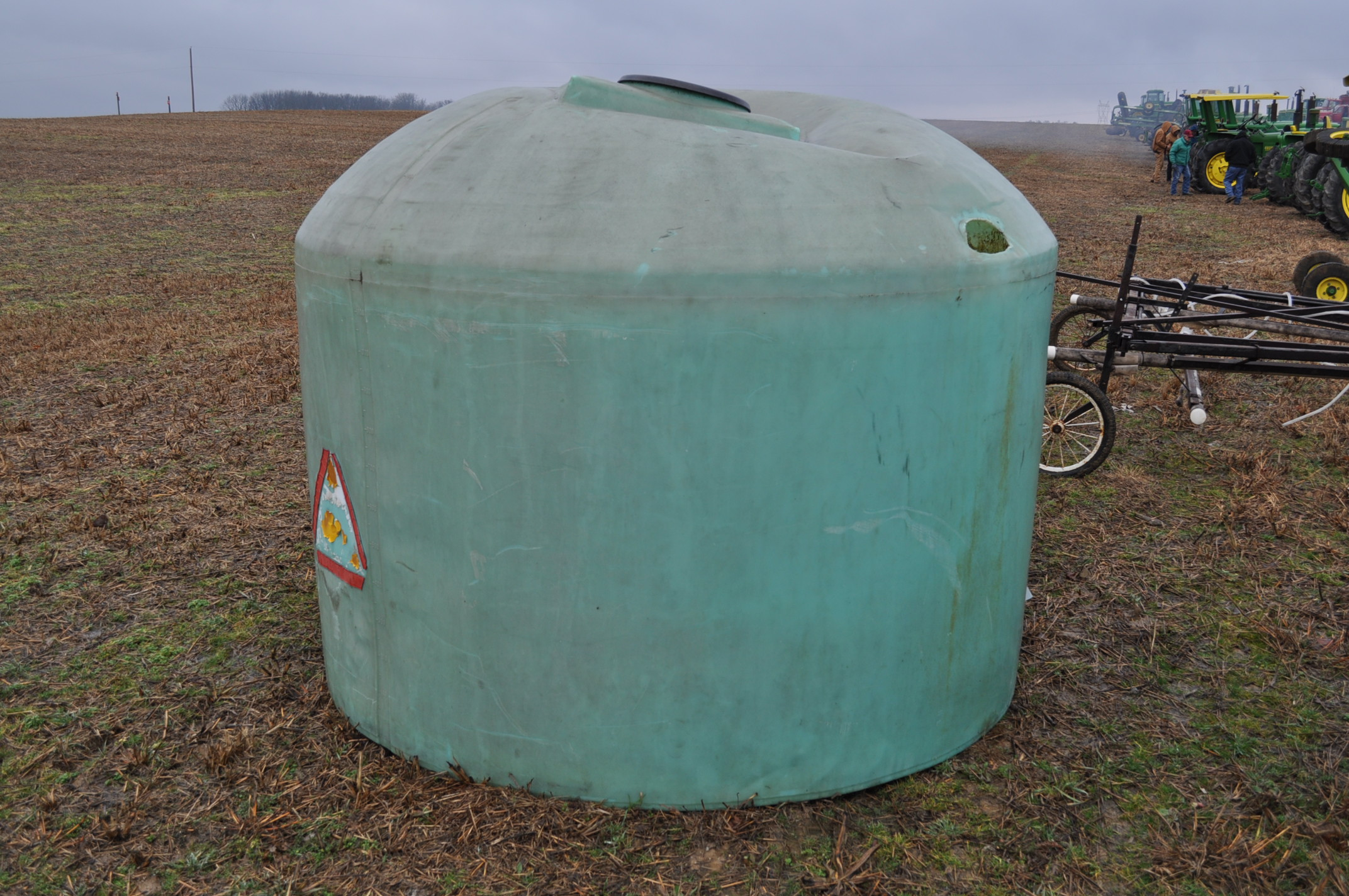 1200 gallon flat bottom poly tank, hole in top - Image 3 of 7