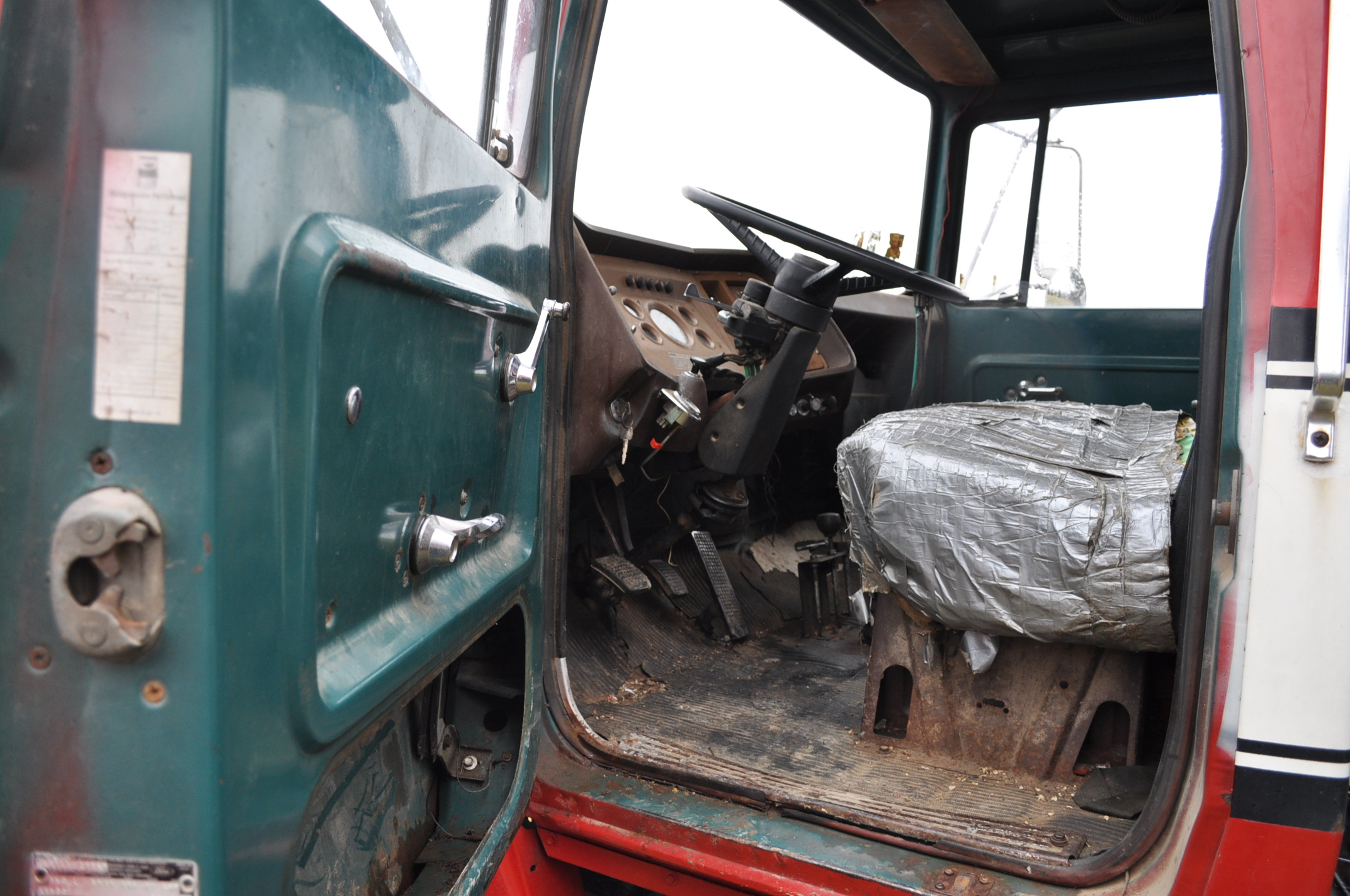 1974 Ford 900 grain truck, tandem axle, gas V-8, 5 + 2, 10.00-20 tires, 18' wood floor, pto, - Image 17 of 26