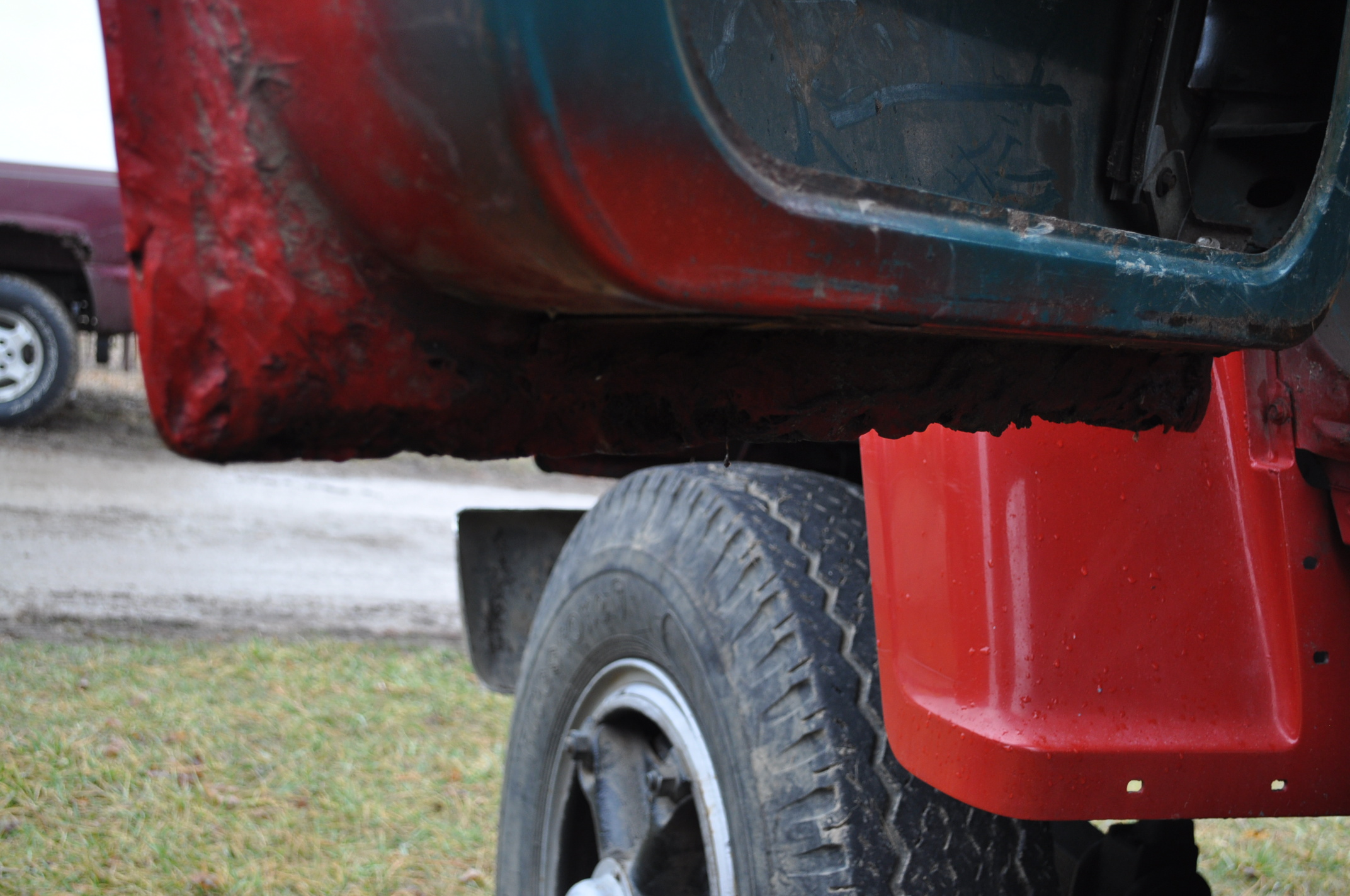 1974 Ford 900 grain truck, tandem axle, gas V-8, 5 + 2, 10.00-20 tires, 18' wood floor, pto, - Image 25 of 26