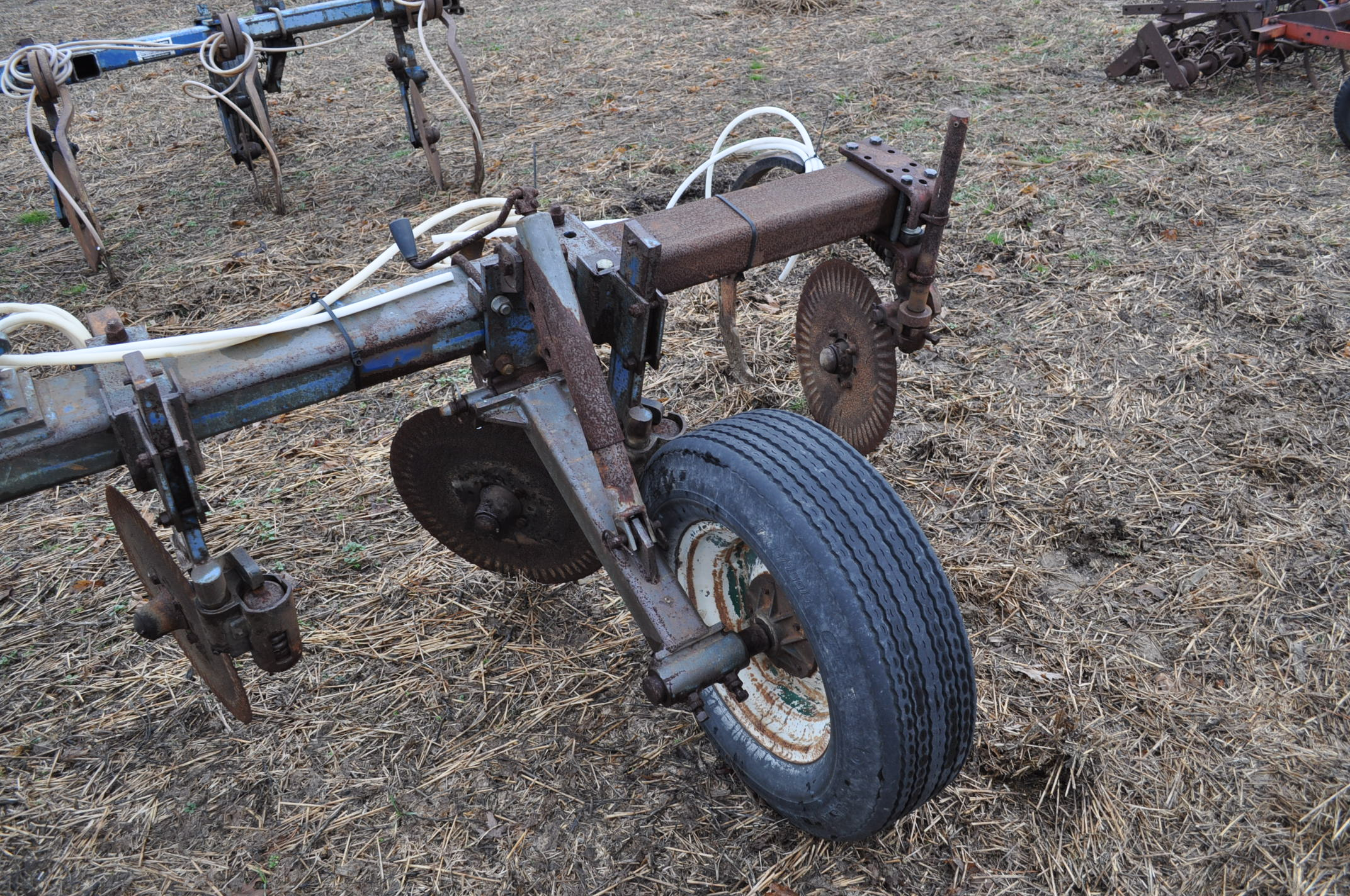 11-shank Blu Jet NH3 bar, 3 pt, hyd fold, gauge wheels, rear hitch, leading coulters - Image 8 of 9