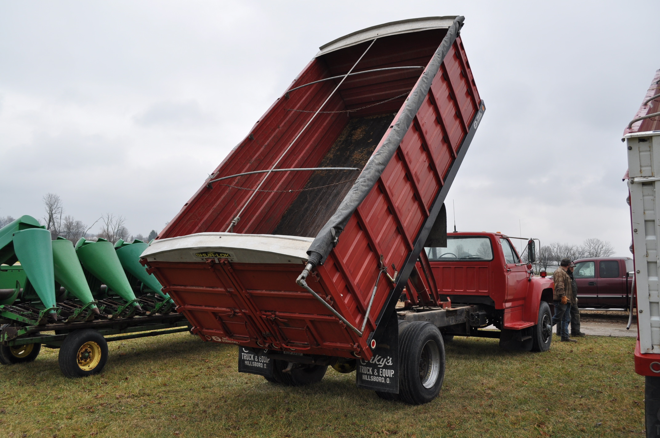 1988 Ford F800 grain truck, single axle, 427 V-8, auto, 11 R 22.5 tires, 16' Omaha Standard bed, - Image 3 of 17