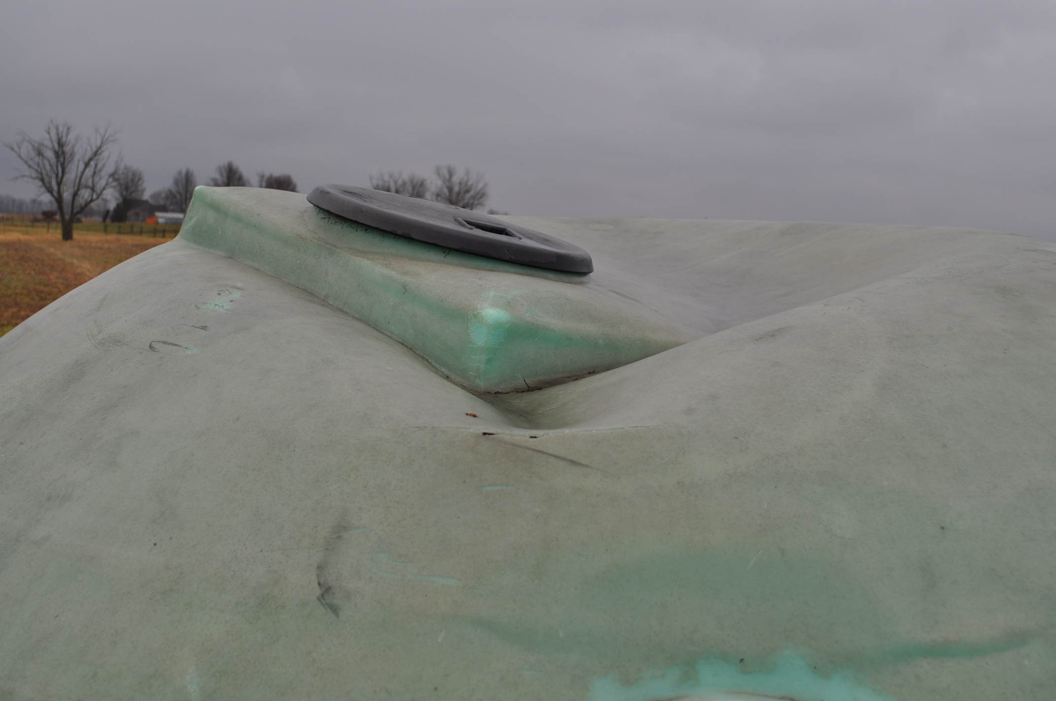 1200 gallon flat bottom poly tank, hole in top - Image 5 of 7