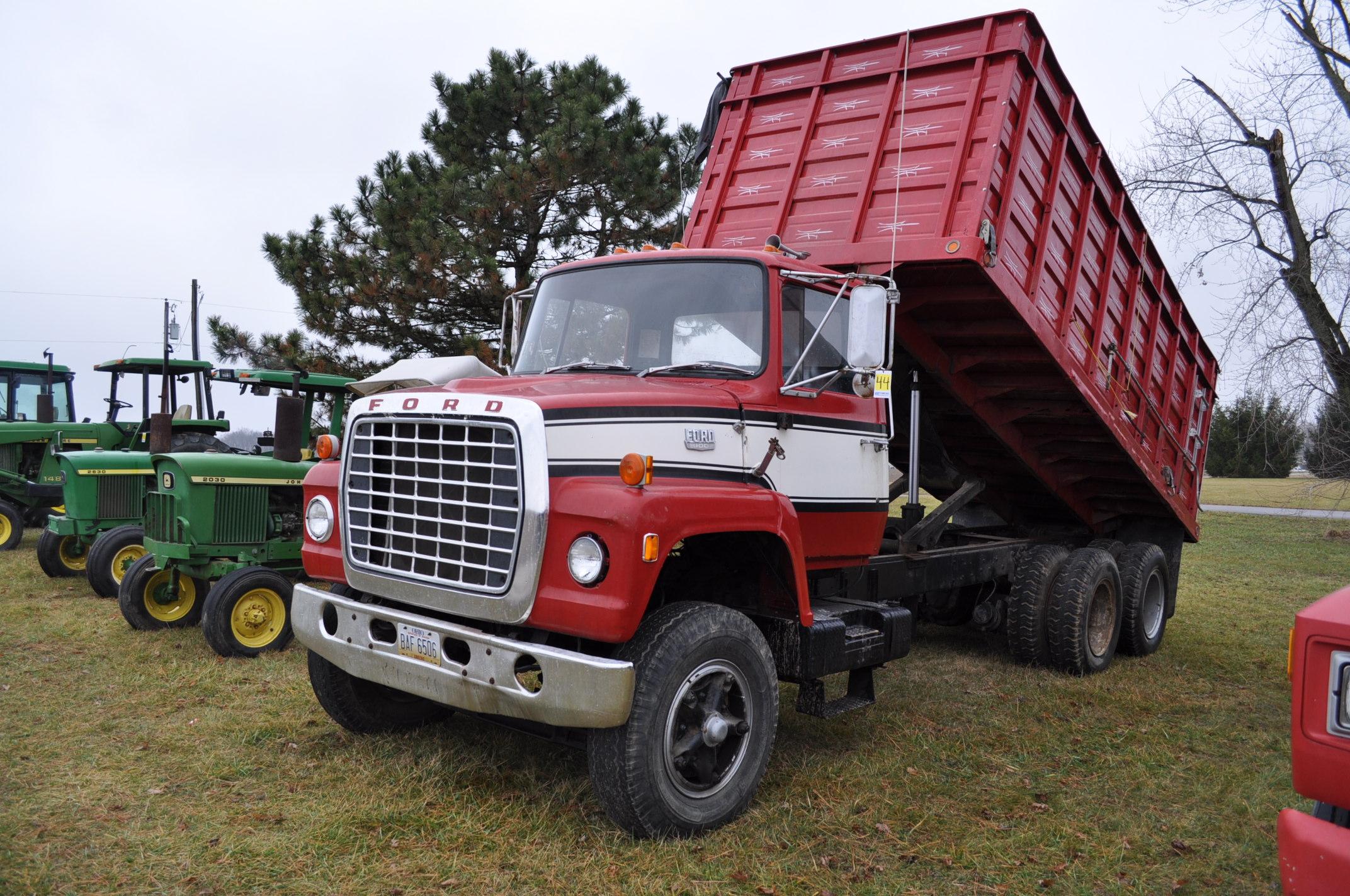 1974 Ford 900 grain truck, tandem axle, gas V-8, 5 + 2, 10.00-20 tires, 18' wood floor, pto,