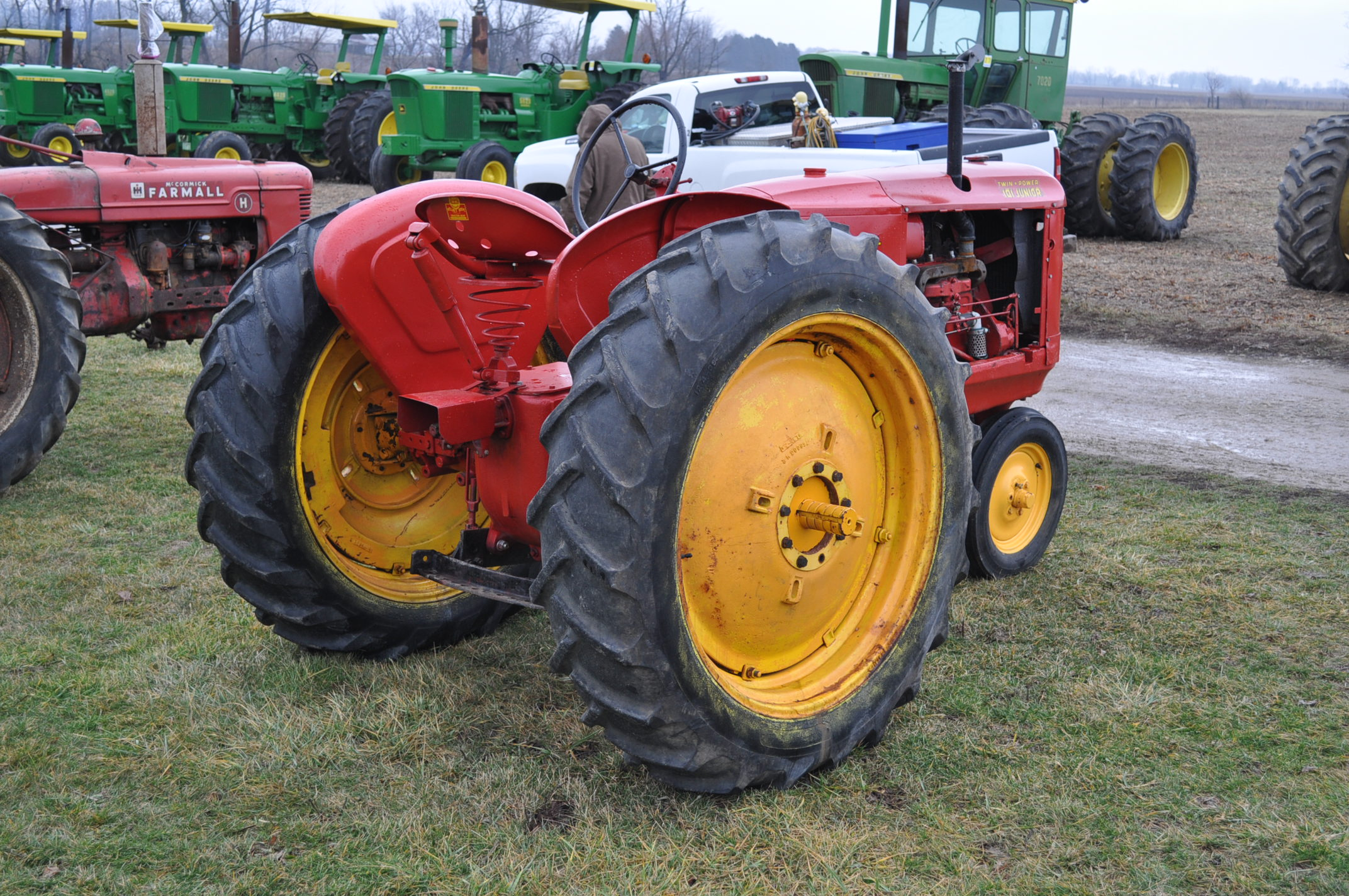 Massey Harris 101 Junior tractor, 12-38 tires, narrow front, 540 pto, SN 501605 - Image 3 of 12