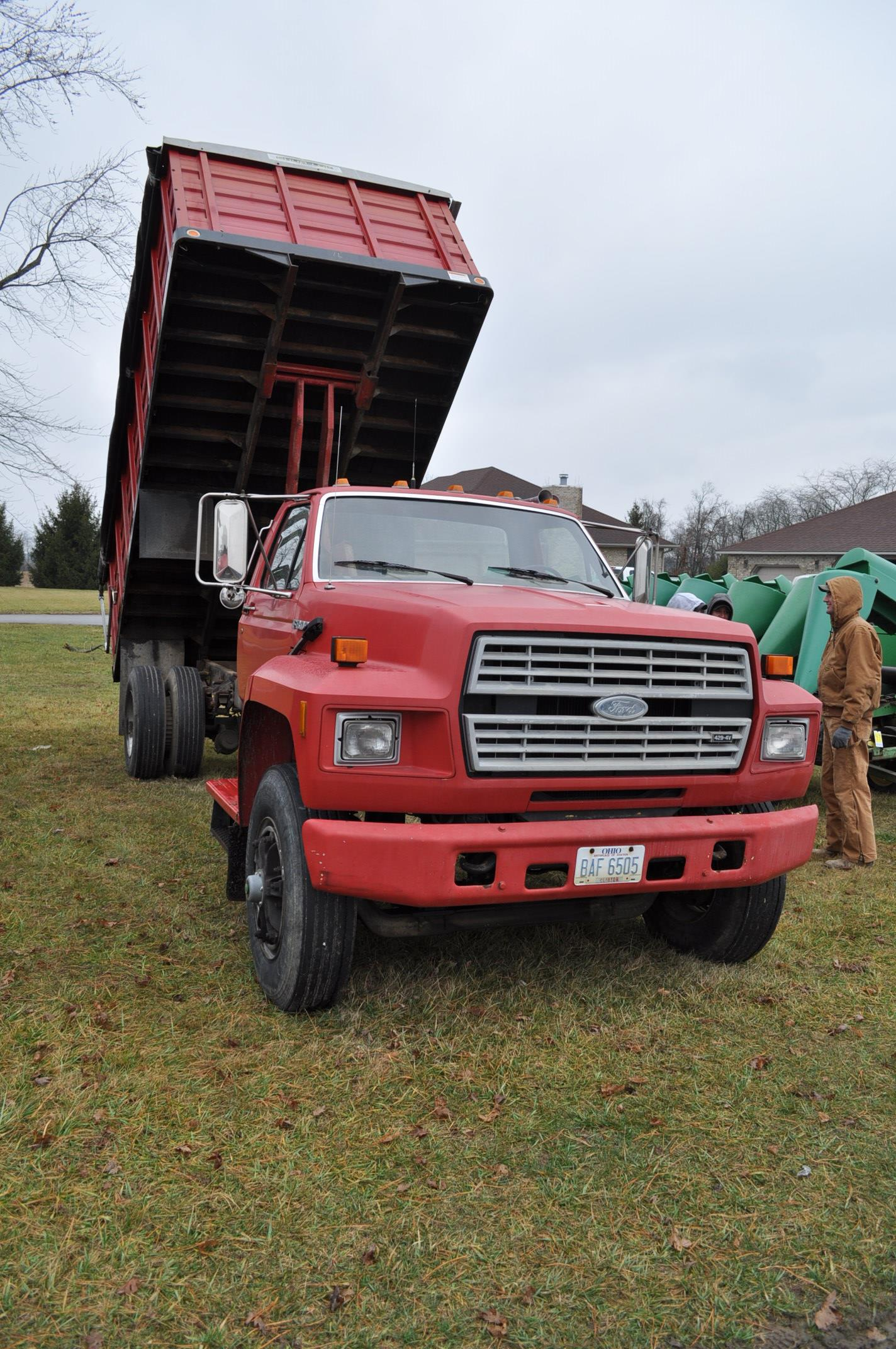 1988 Ford F800 grain truck, single axle, 427 V-8, auto, 11 R 22.5 tires, 16' Omaha Standard bed, - Image 4 of 17