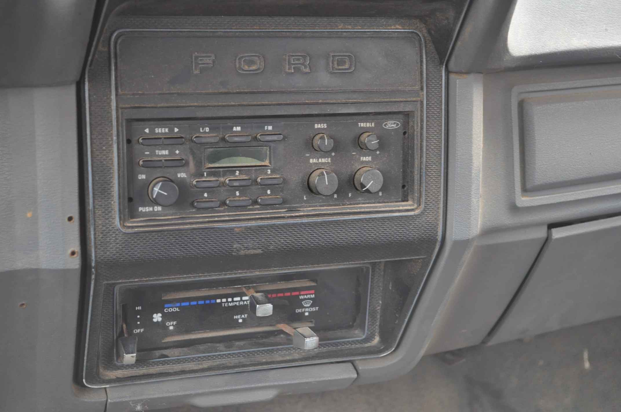 1988 Ford F800 grain truck, single axle, 427 V-8, auto, 11 R 22.5 tires, 16' Omaha Standard bed, - Image 15 of 17