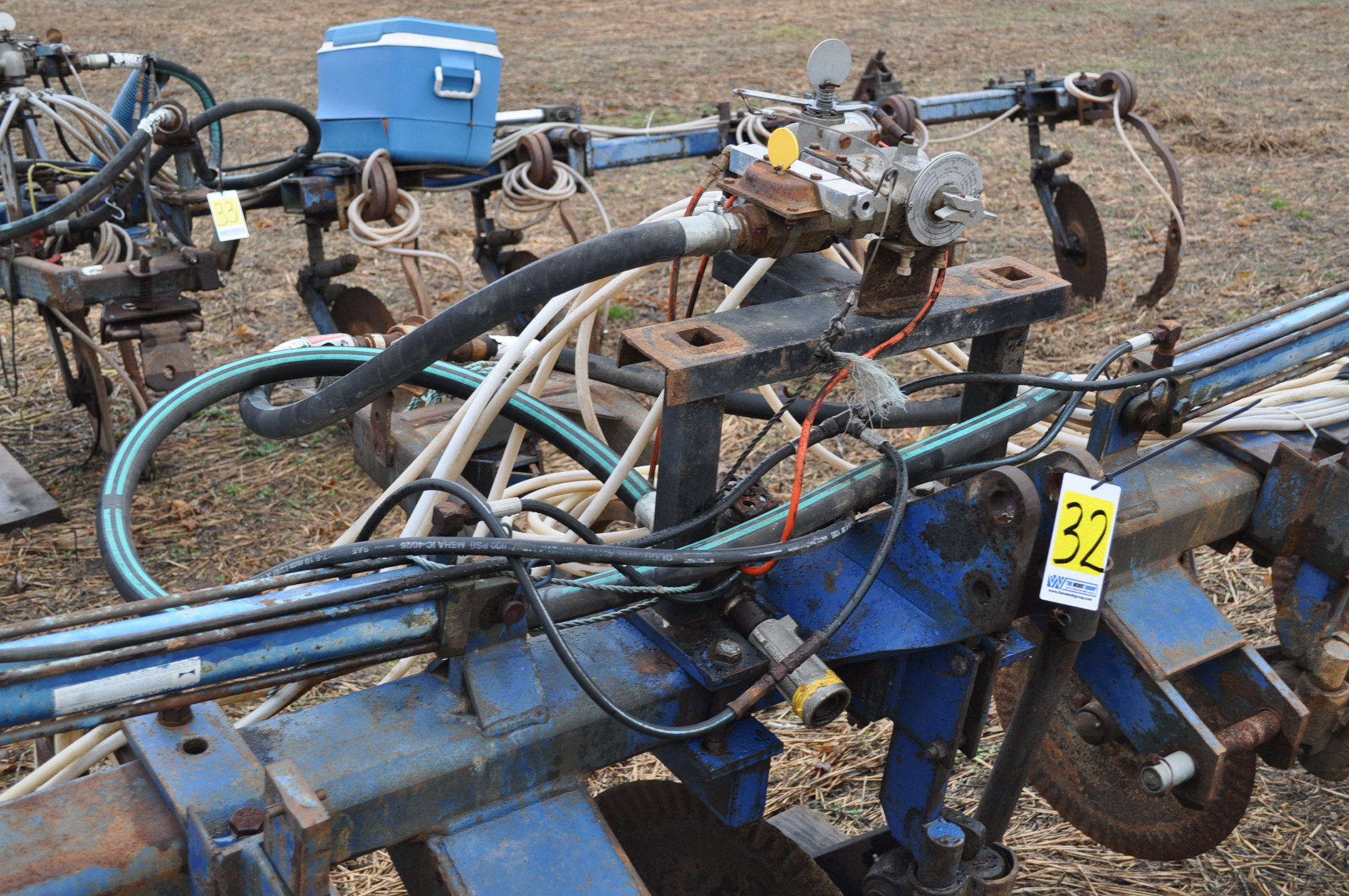 11-shank Blu Jet NH3 bar, 3 pt, hyd fold, gauge wheels, rear hitch, leading coulters - Image 6 of 9