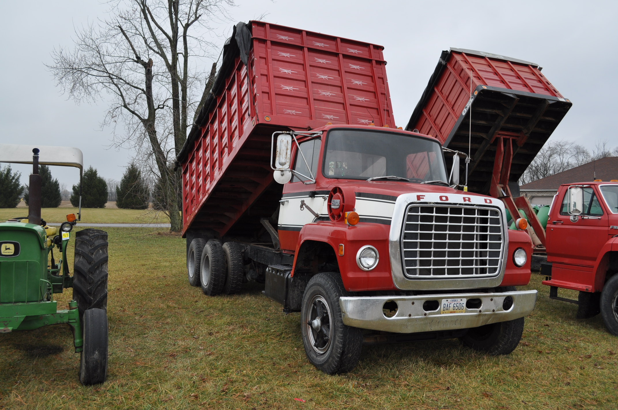 1974 Ford 900 grain truck, tandem axle, gas V-8, 5 + 2, 10.00-20 tires, 18' wood floor, pto, - Image 4 of 26