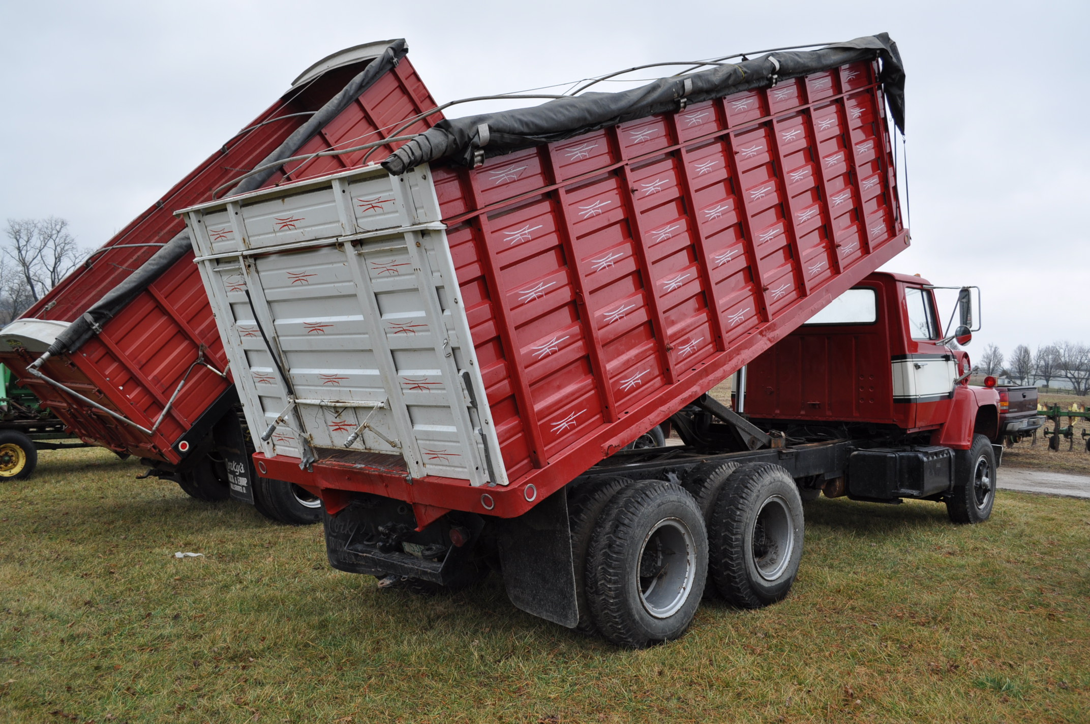 1974 Ford 900 grain truck, tandem axle, gas V-8, 5 + 2, 10.00-20 tires, 18' wood floor, pto, - Image 3 of 26