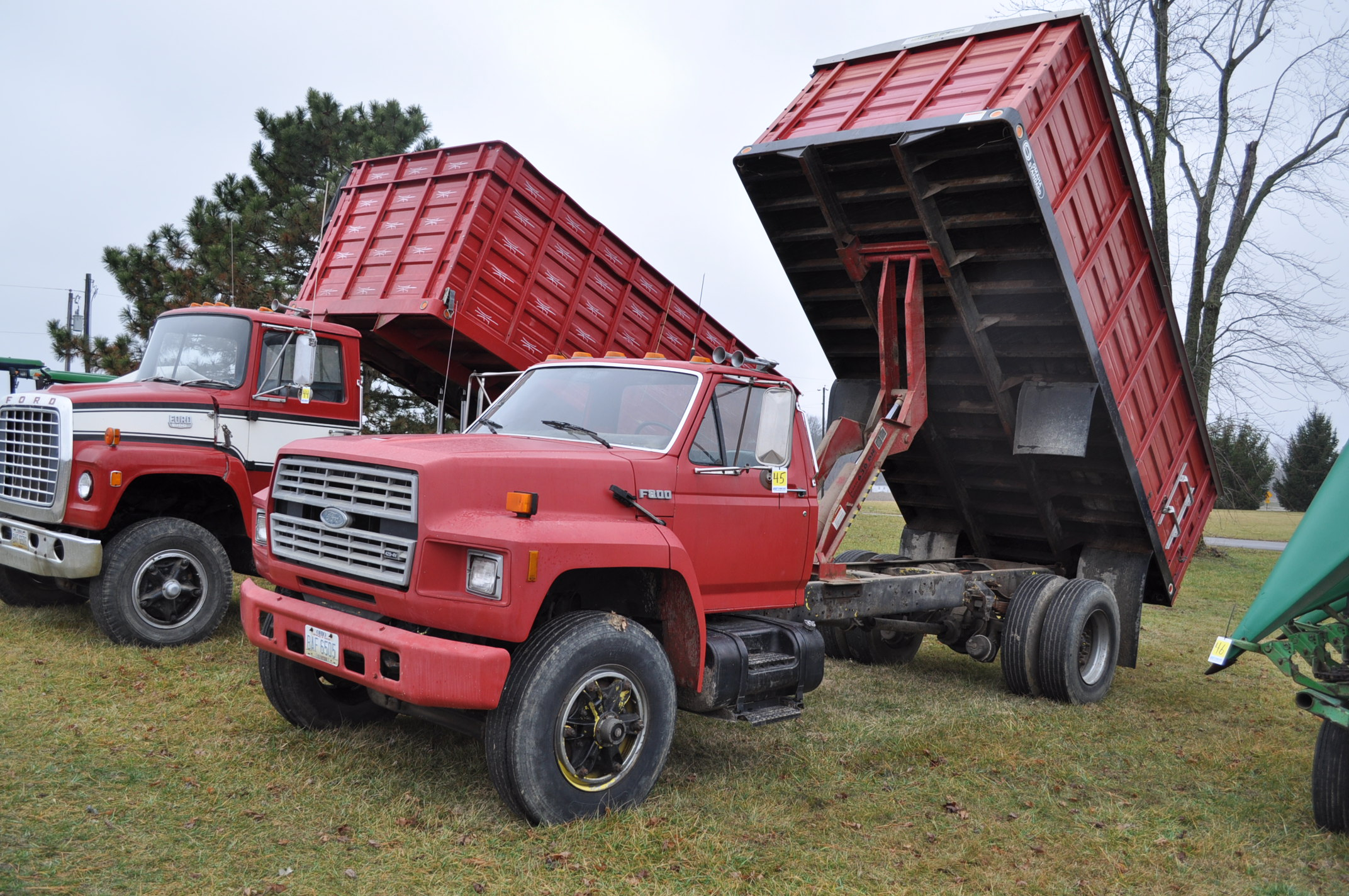 1988 Ford F800 grain truck, single axle, 427 V-8, auto, 11 R 22.5 tires, 16' Omaha Standard bed,