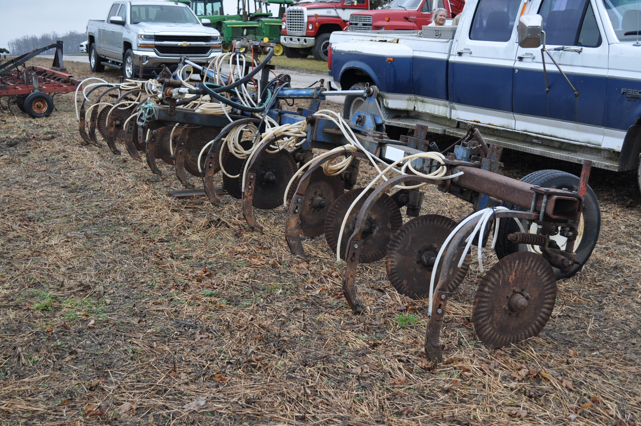 11-shank Blu Jet NH3 bar, 3 pt, hyd fold, gauge wheels, rear hitch, leading coulters - Image 3 of 9