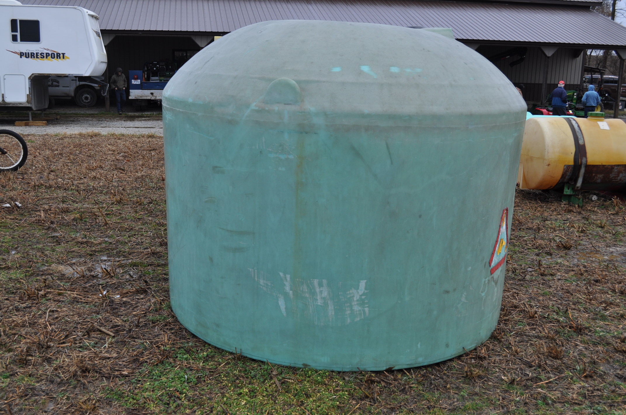 1200 gallon flat bottom poly tank, hole in top - Image 2 of 7