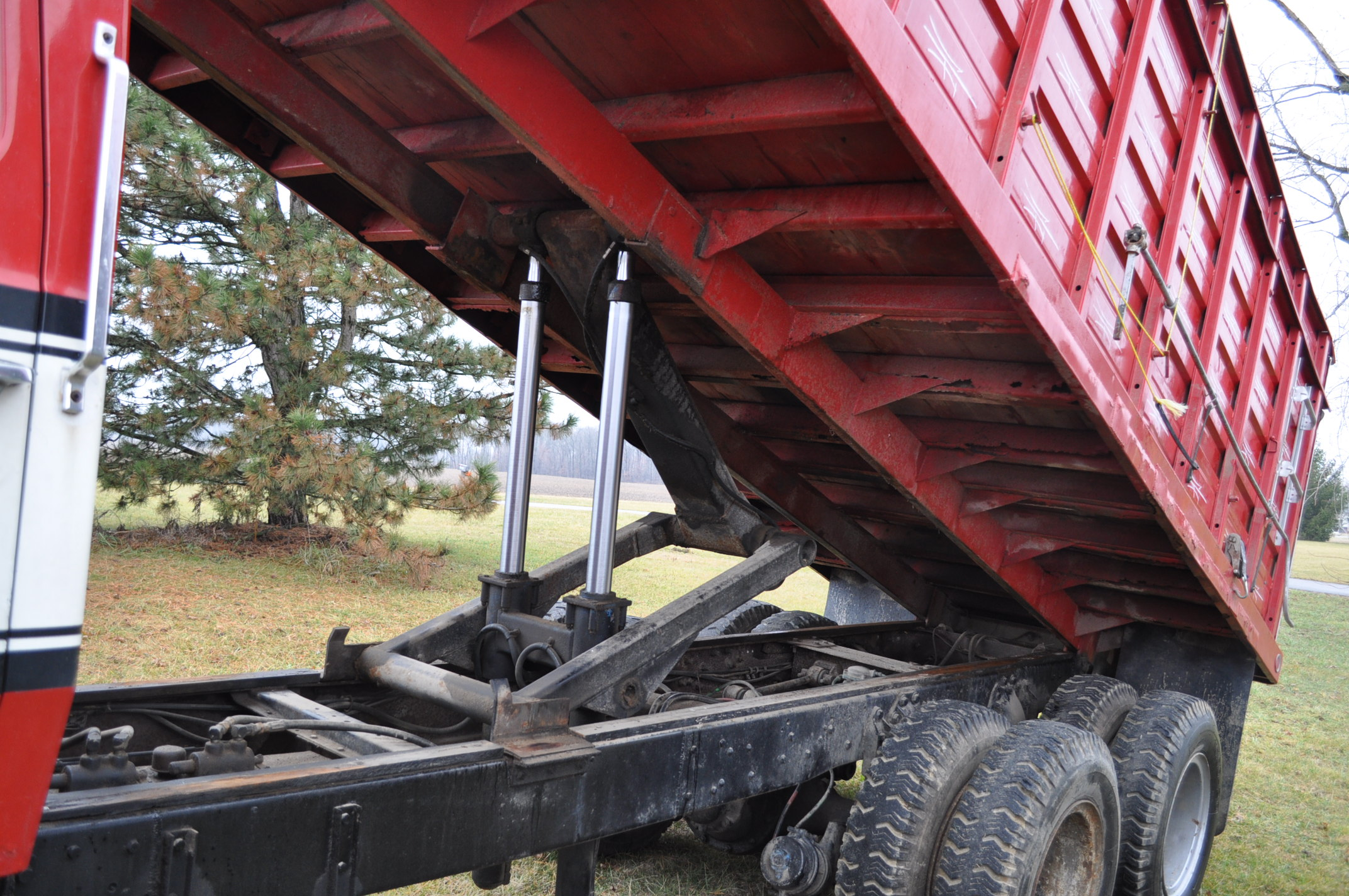1974 Ford 900 grain truck, tandem axle, gas V-8, 5 + 2, 10.00-20 tires, 18' wood floor, pto, - Image 12 of 26