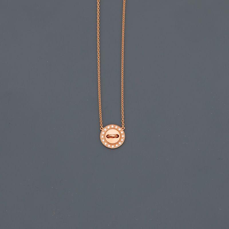 BOUTON DE LOUISE. Collier en or jaune, 750 MM, motif en bouton orné de diamants, [...]