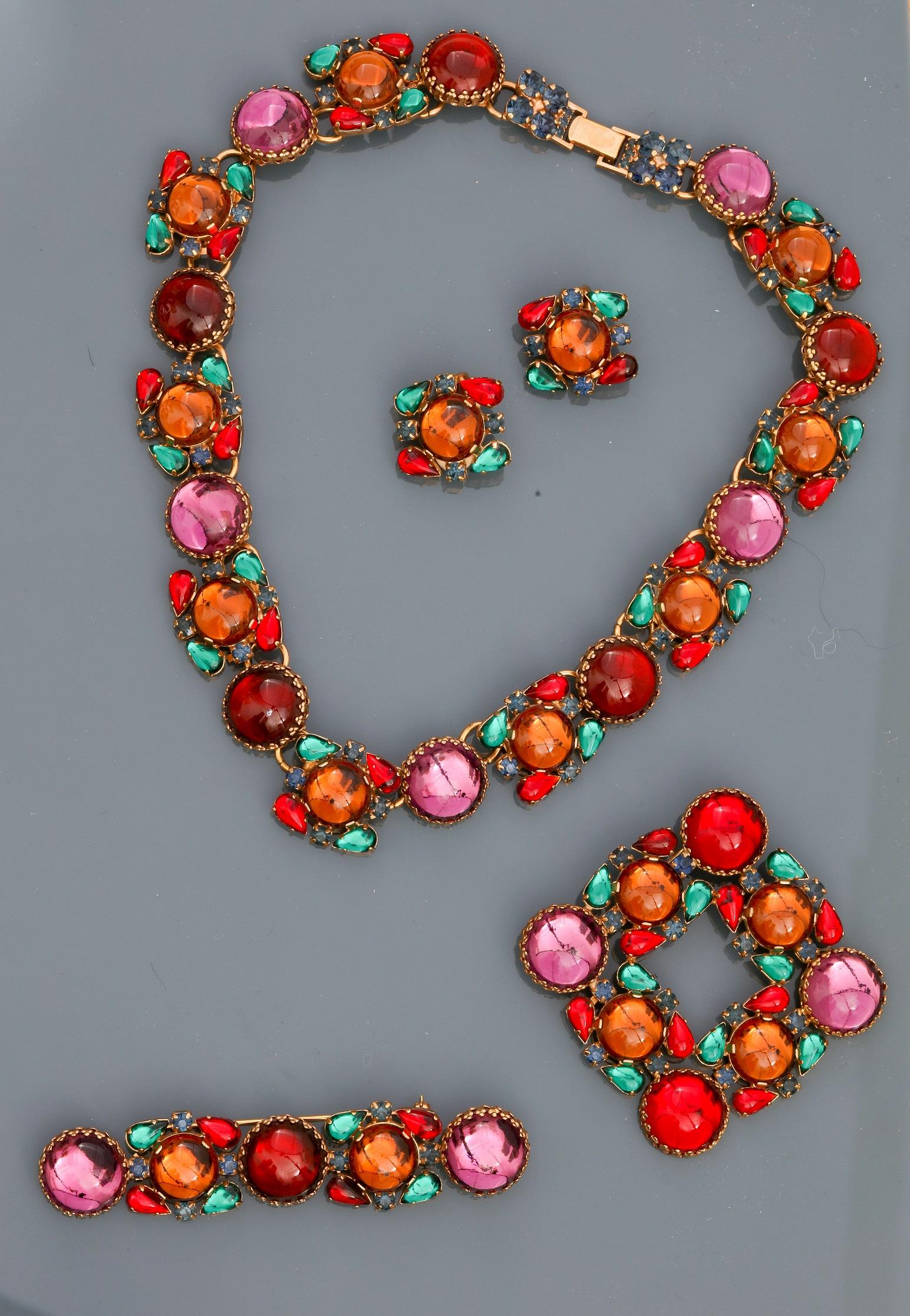 Lot : Parure collier et clips d'oreilles recouverts de cabochons colorés en pate de [...]