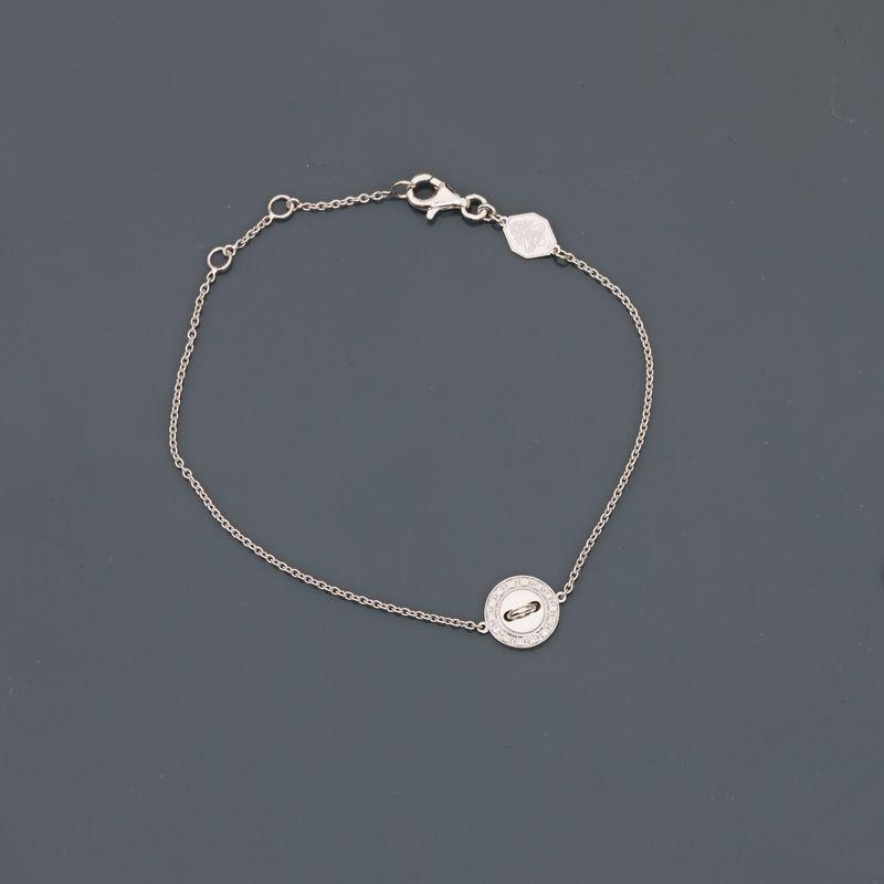 BOUTON DE LOUISE. Bracelet en or gris, 750 MM, motif en bouton orné de diamants, [...]