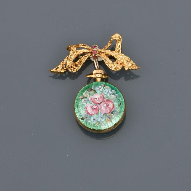 """Montre de col portée par sa broche """" Ruban """" en or jaune, 750 MM, tour du cadran et [...]"""