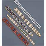 Lot : Cinq bracelets plats en métal doré rhodié, tous recouverts de strass [...]