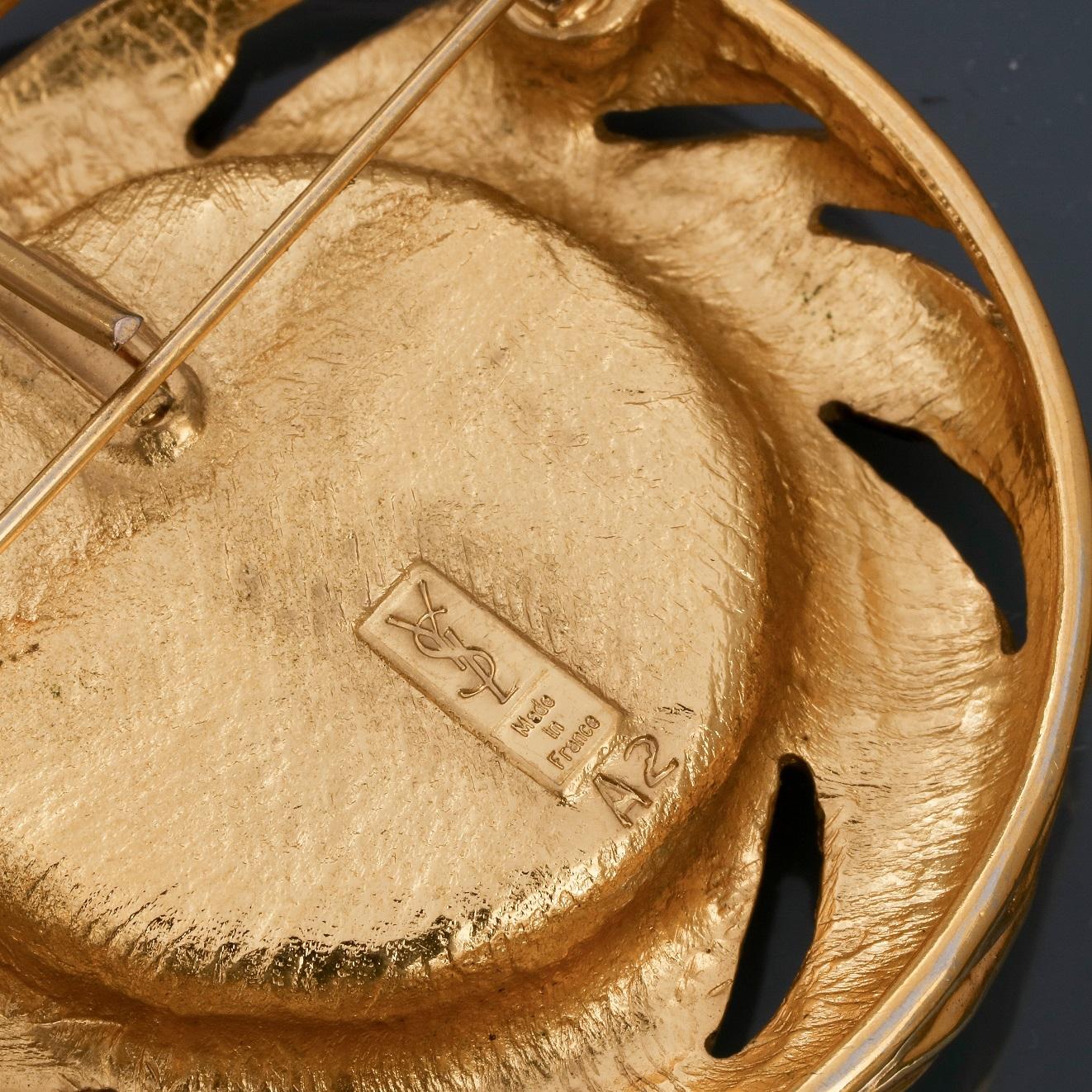 Los 0Q - Lot : Deux broches - pendentif rondes en métal doré rhodié, l'une signée St [...]