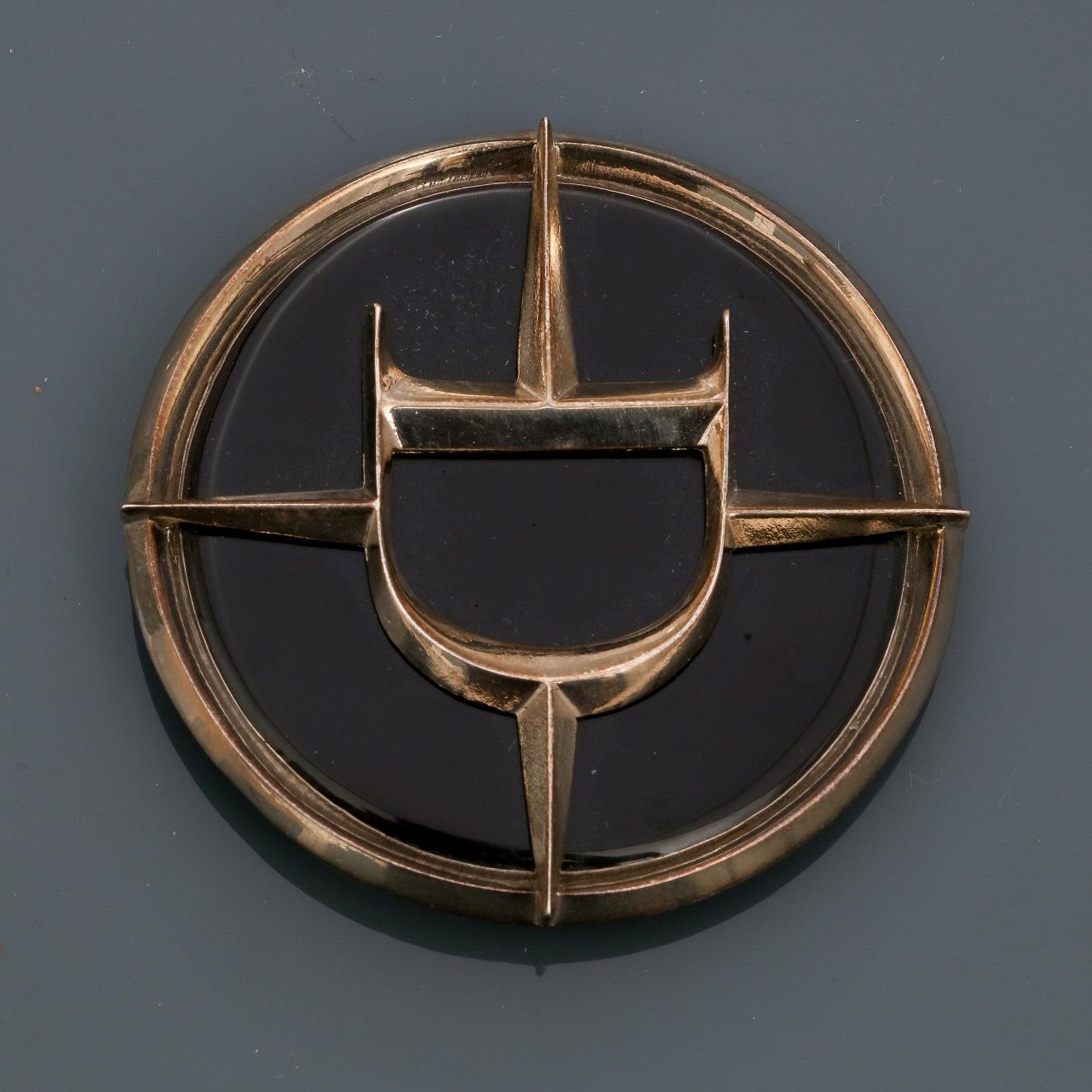 DIOR, Broche - pendentif ronde en métal argenté rhodié, appliquée d'émail noir, [...]
