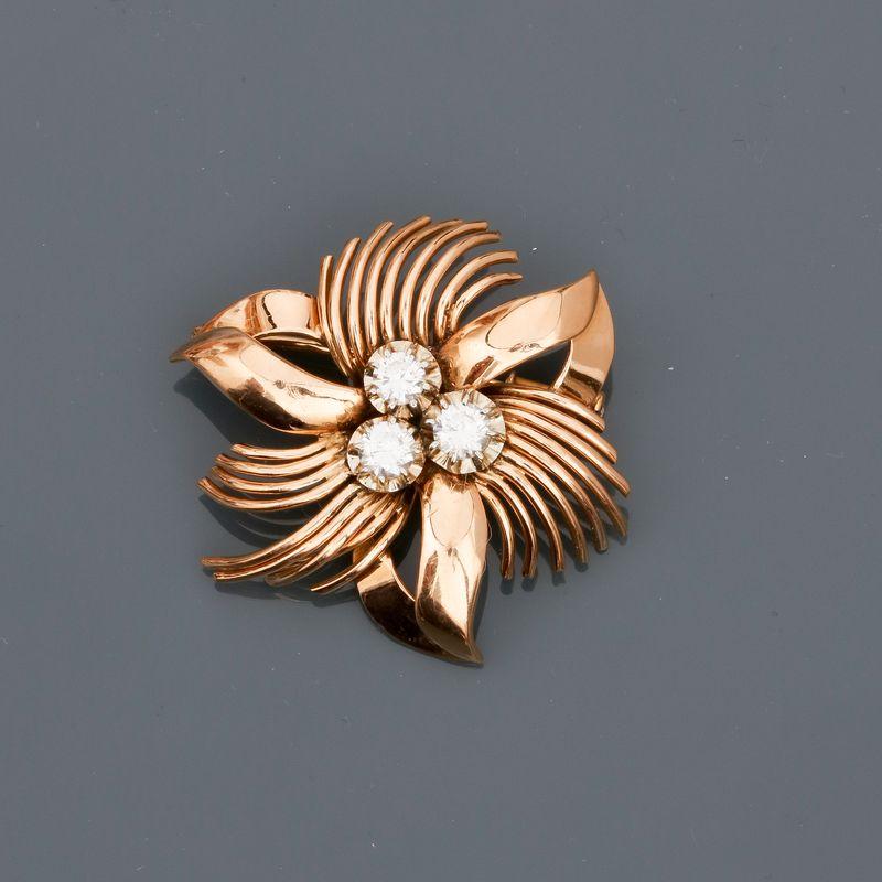 """Los 26 - Broche """" fleur """" en or jaune 750MM et , platine 900 MM, centrée de trois diamants [...]"""
