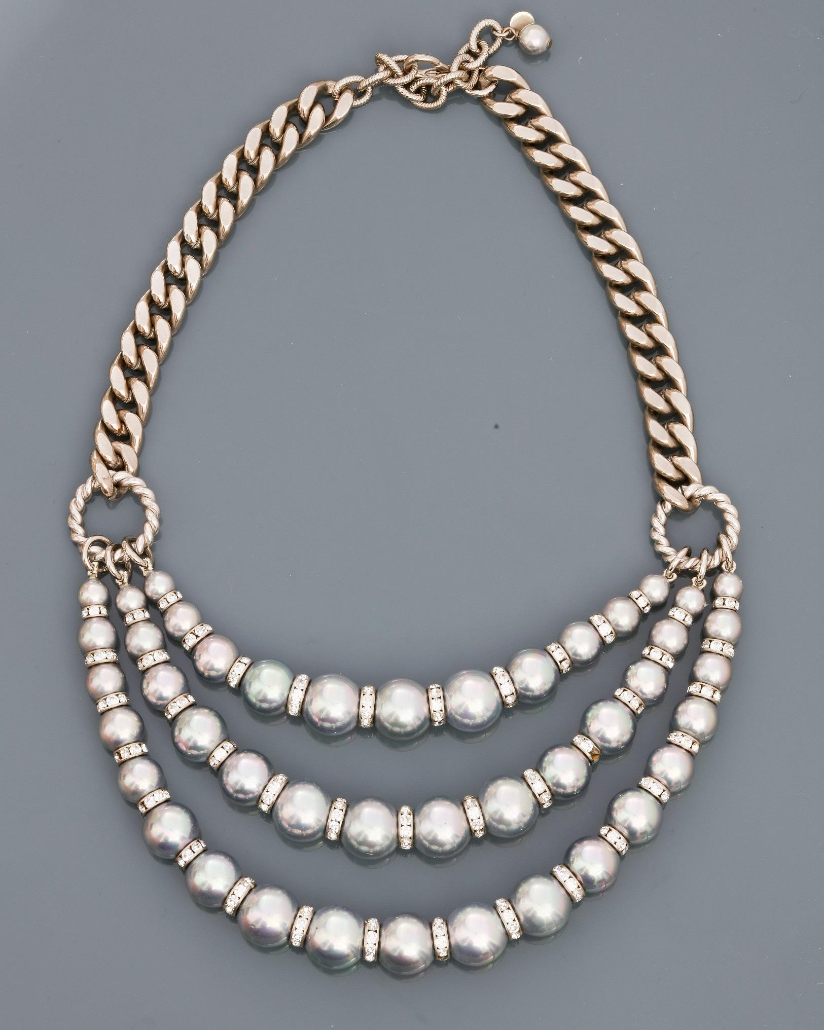 Françoise MONTAGUE, Collier formé d'une chaîne plate en métal rhodié portant [...]