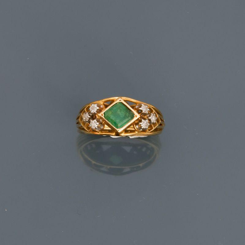Los 4 - Bague en or jaune, 750 MM, centrée d'une émeraude entre deux motifs diamantés, [...]